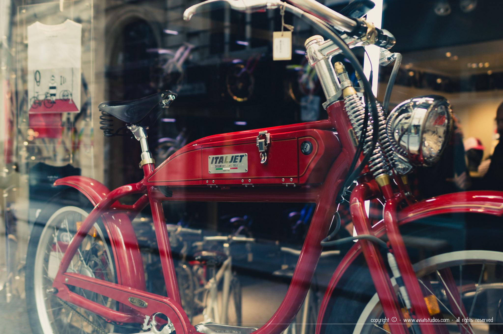Un week-end à Paris - moto dans vitrine