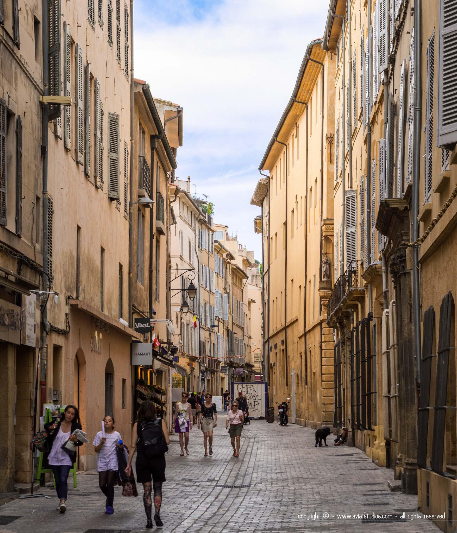 une journée à Aix-en-Provence - Ruelle piétonne aux couleurs lumineuses