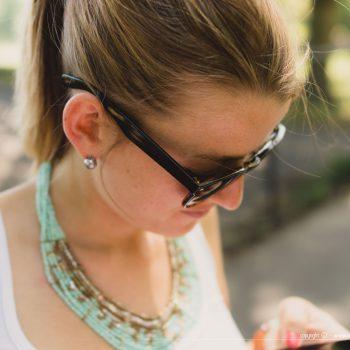Chloe Gouret en train de regarder son téléphone