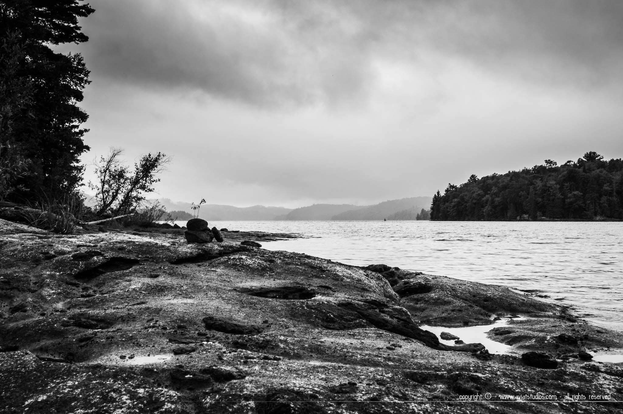 photo en noir et blanc du Lac du Poisson Blanc à Notre-Dame-du-Laus au Québec