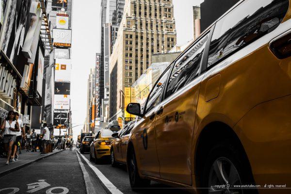 Un de ces fameux taxi jaune new-yorkais à Times Square