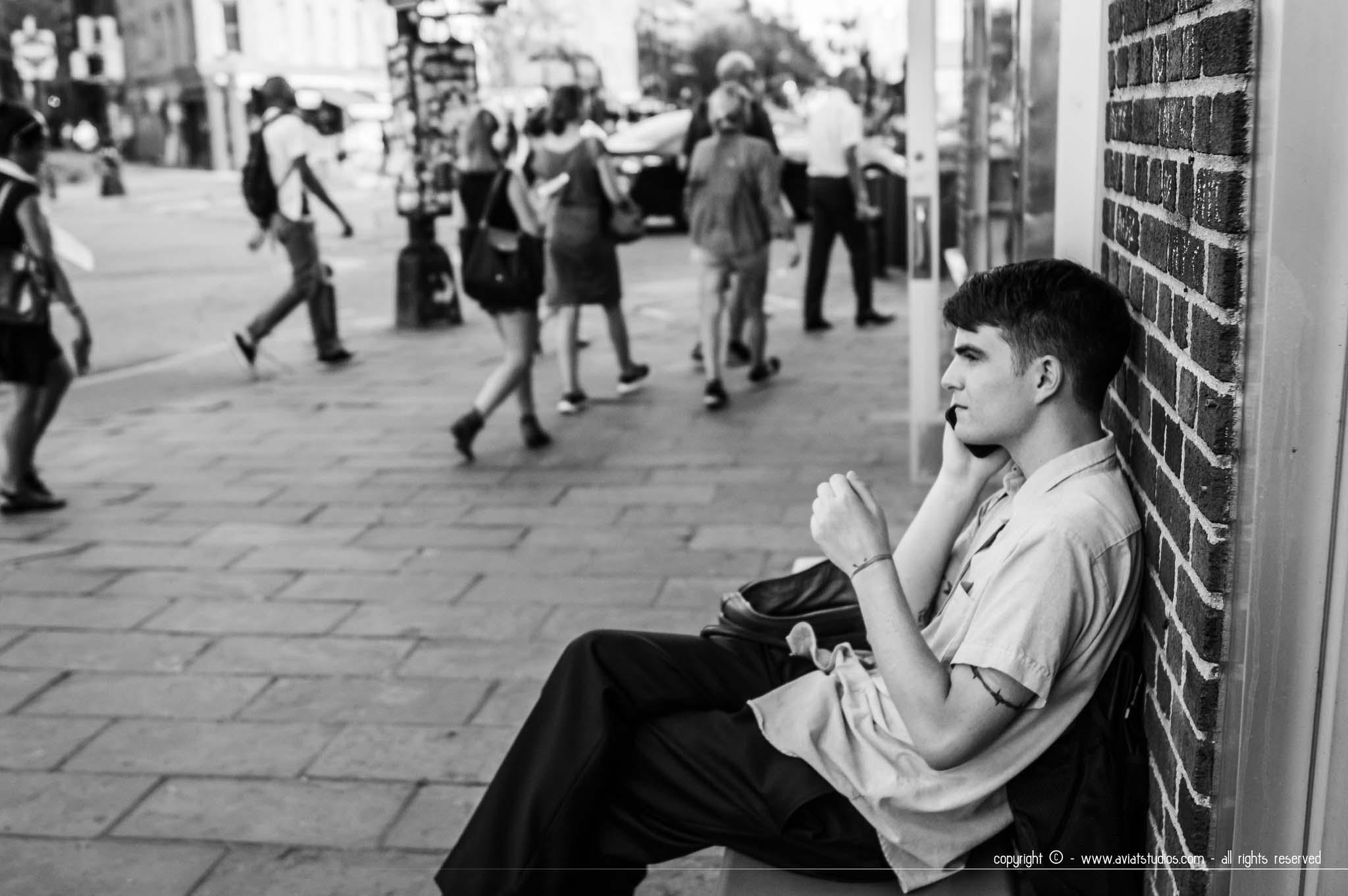 Un week-end à New-York - photo en noir et blanc d'un new-yorkais au téléphone assis dans la rue