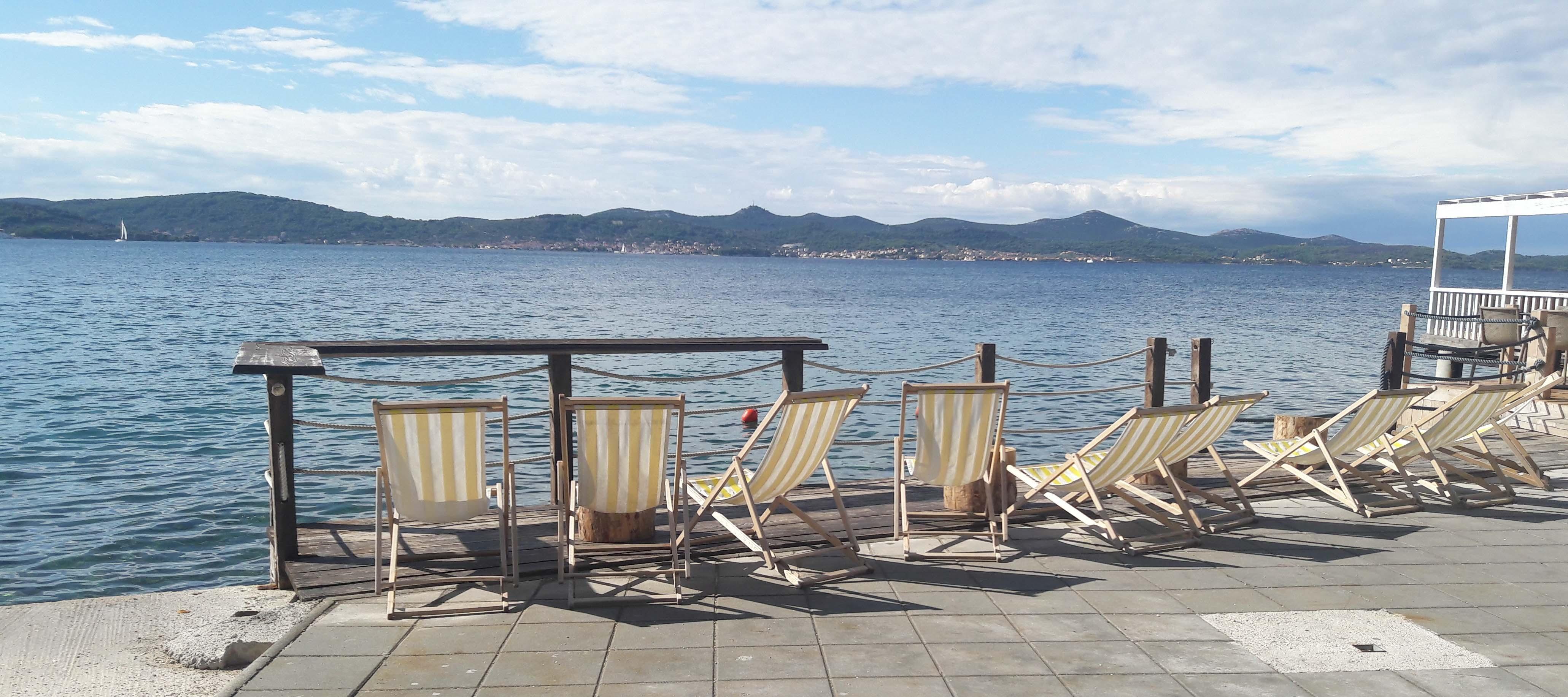 Quelques jours à Zadar - des transats rayés jaunes et blancs en bord de mer
