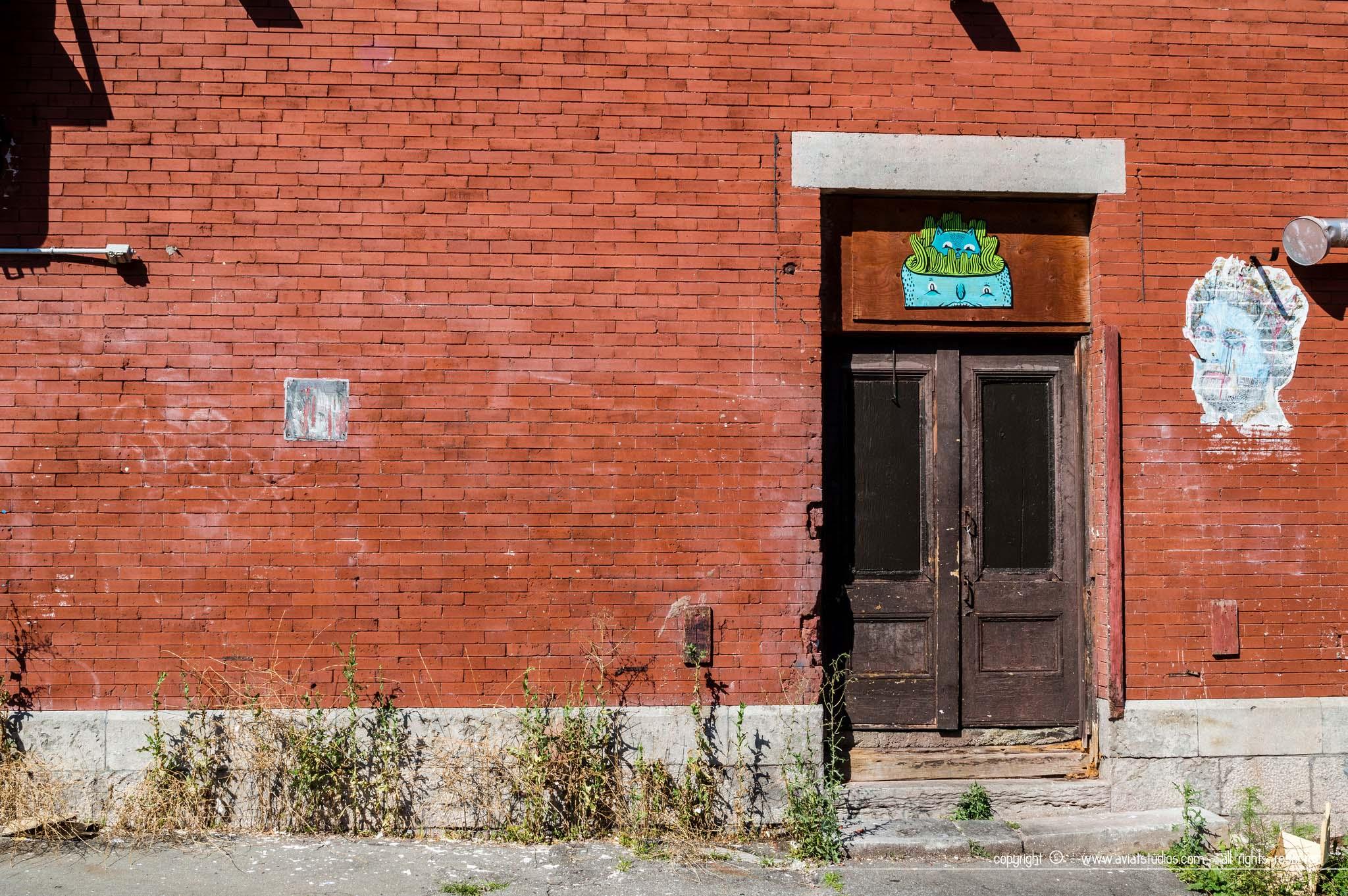 Voyage à Montréal - un mur typique en brique rouge avec du street art
