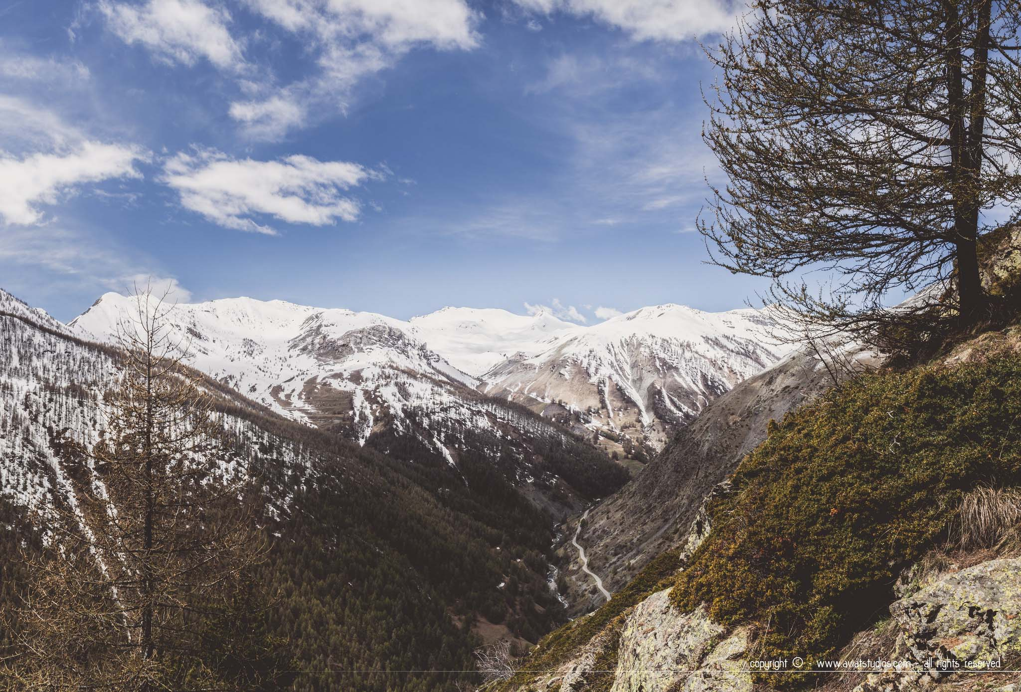 Randonnée dans le Mercantour - Vallée de la Tinée dans des tons sombres sous un ciel bleu