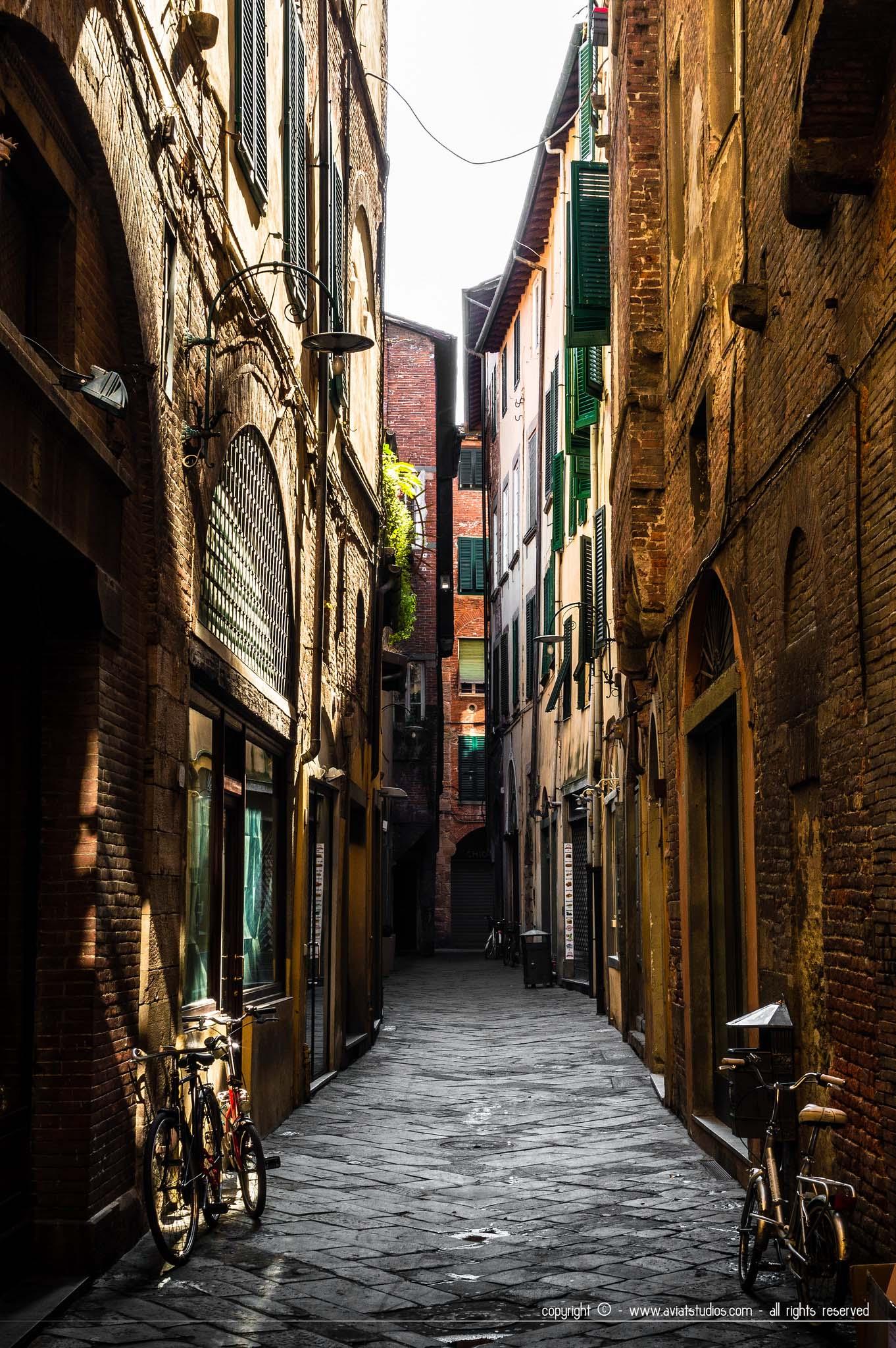 journée à Lucca - le soleil matinal pénétrant une ruelle encore déserte
