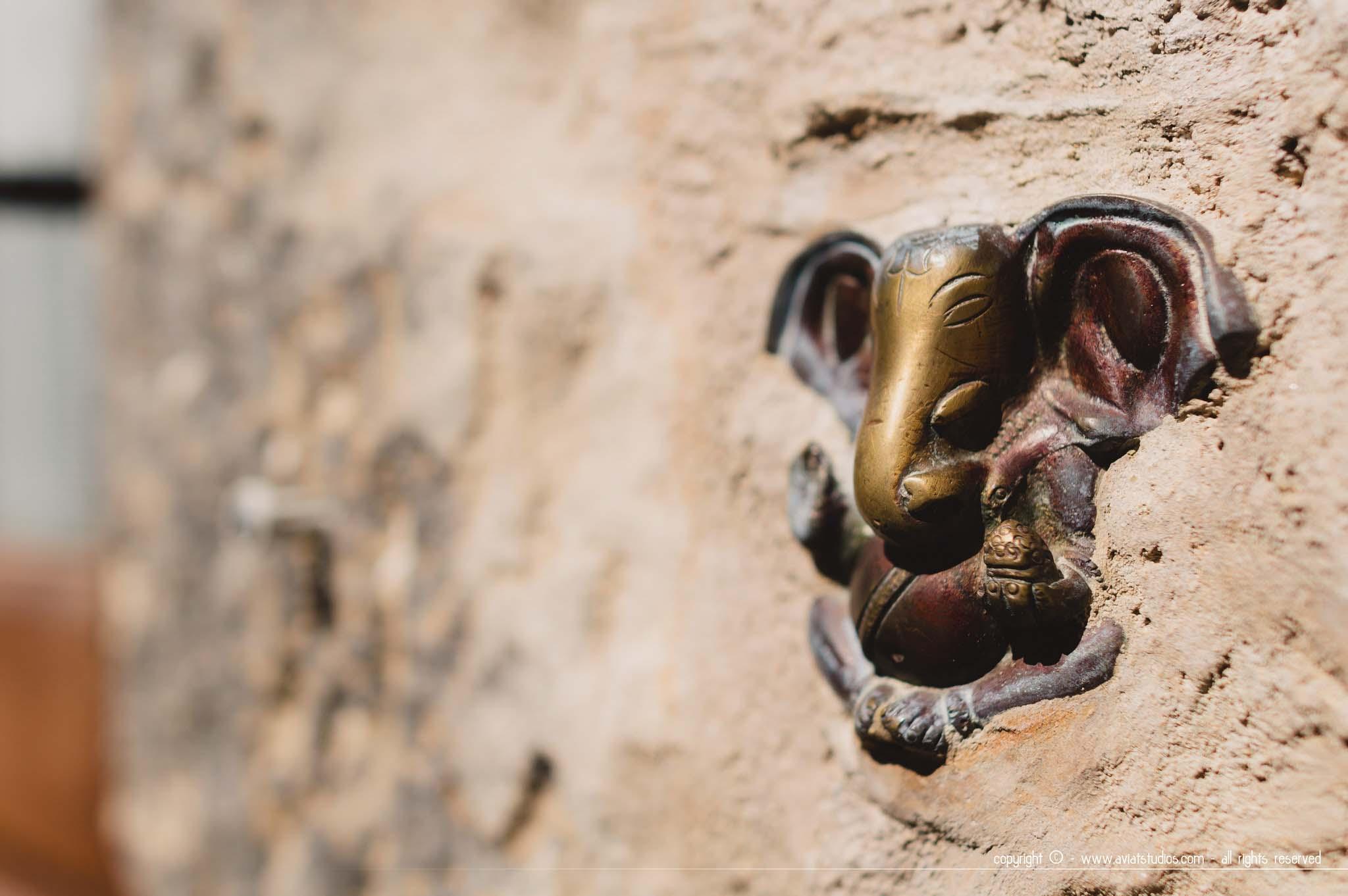 Coaraze - petit éléphant bouddhiste à fleur de mur