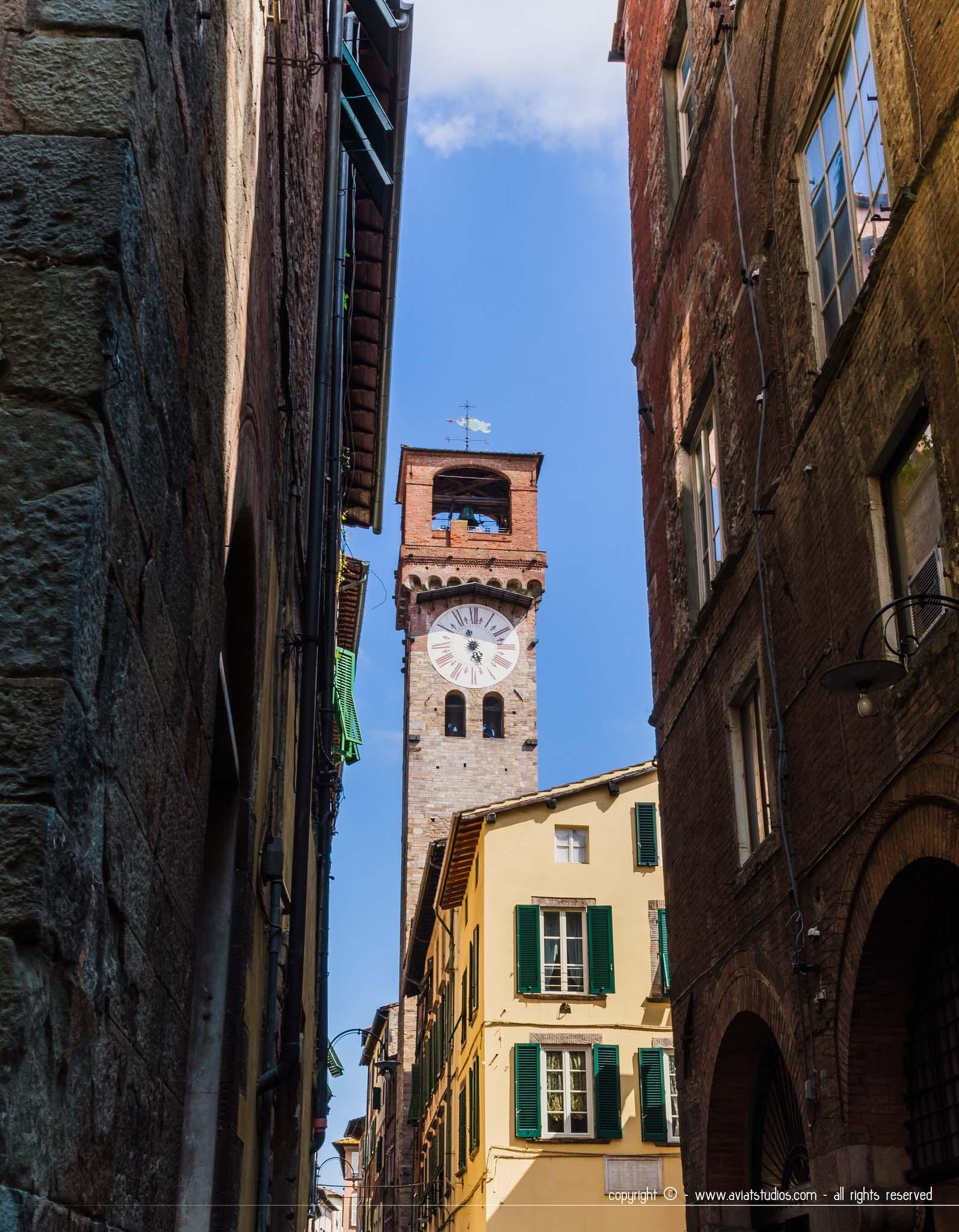 journée à Lucca - La Torre delle Ore s'élevant dans le ciel bleu