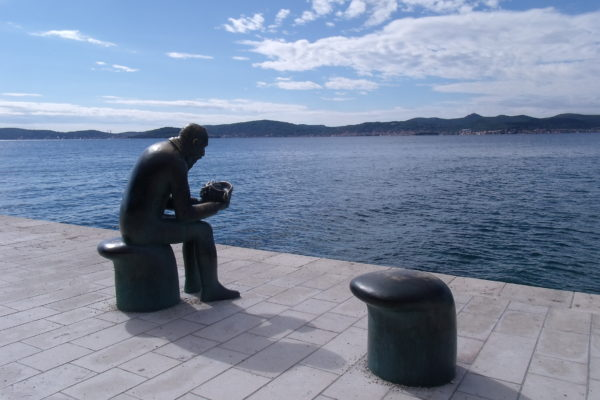 Quelques jours à Zadar - sculptures de l'eau tenant un coquillage au bord de l'eau
