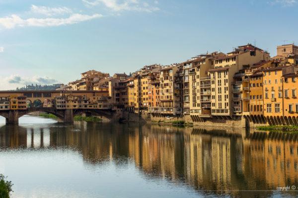 Les habitations le long de l'Arno se reflétant dans le fleuve avec au fond le Ponte-Vecchio