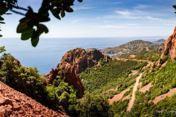 Randonnée dans l'Estérel - le contraste des roches rouges avec le bleu de la Méditerranée
