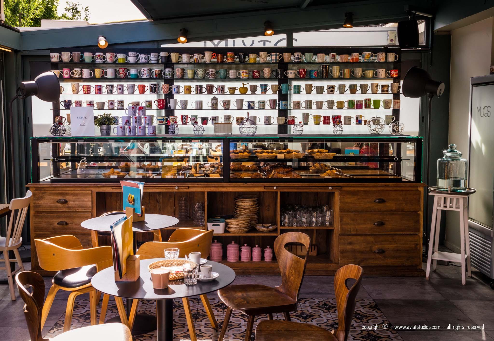 Le comptoir de l'accueil de Mügs avec les étagères remplies de mugs