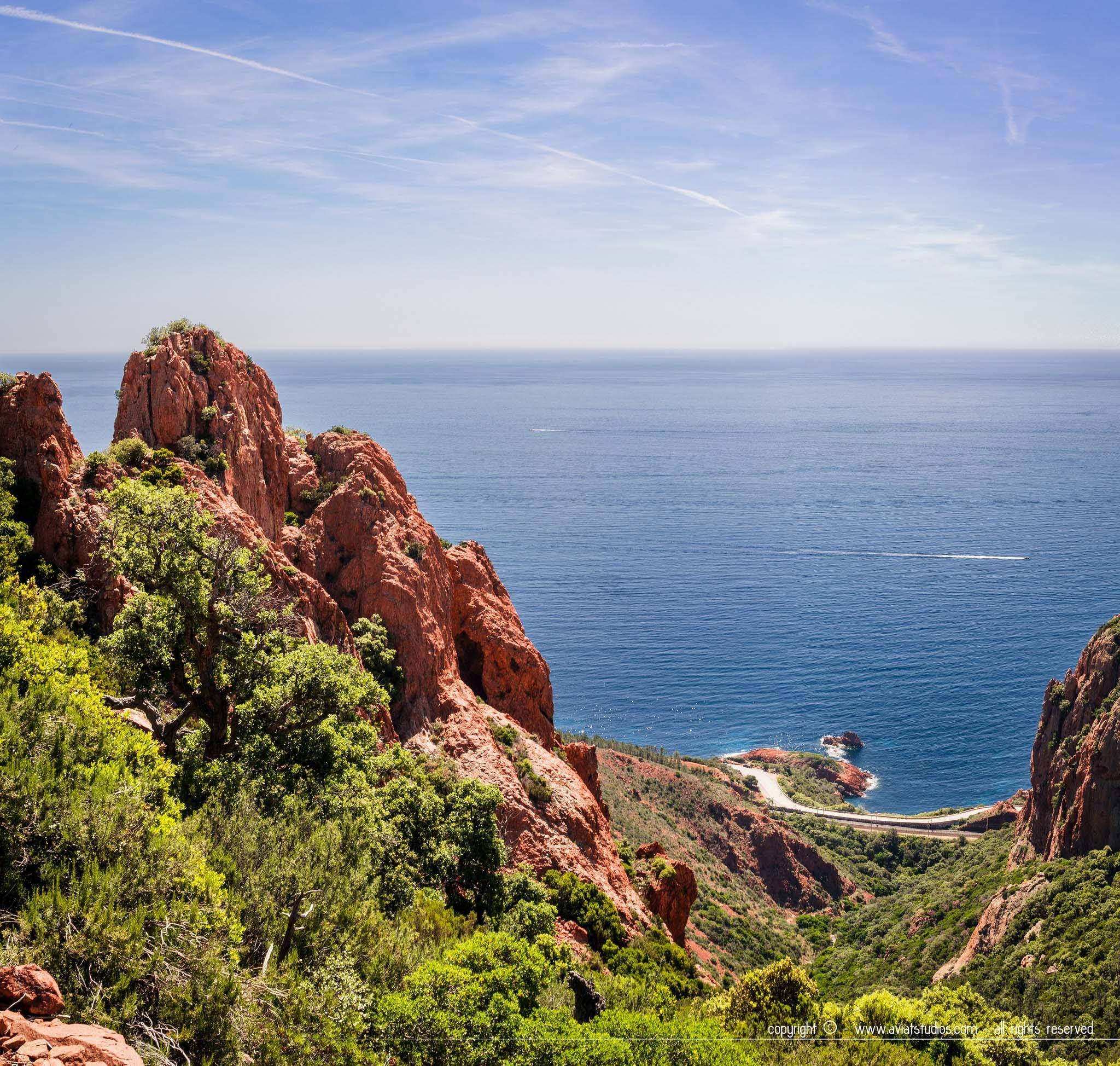 Randonnée dans l'Estérel - aperçu de la route côtière en contrebas qui longe la mer Méditerranée