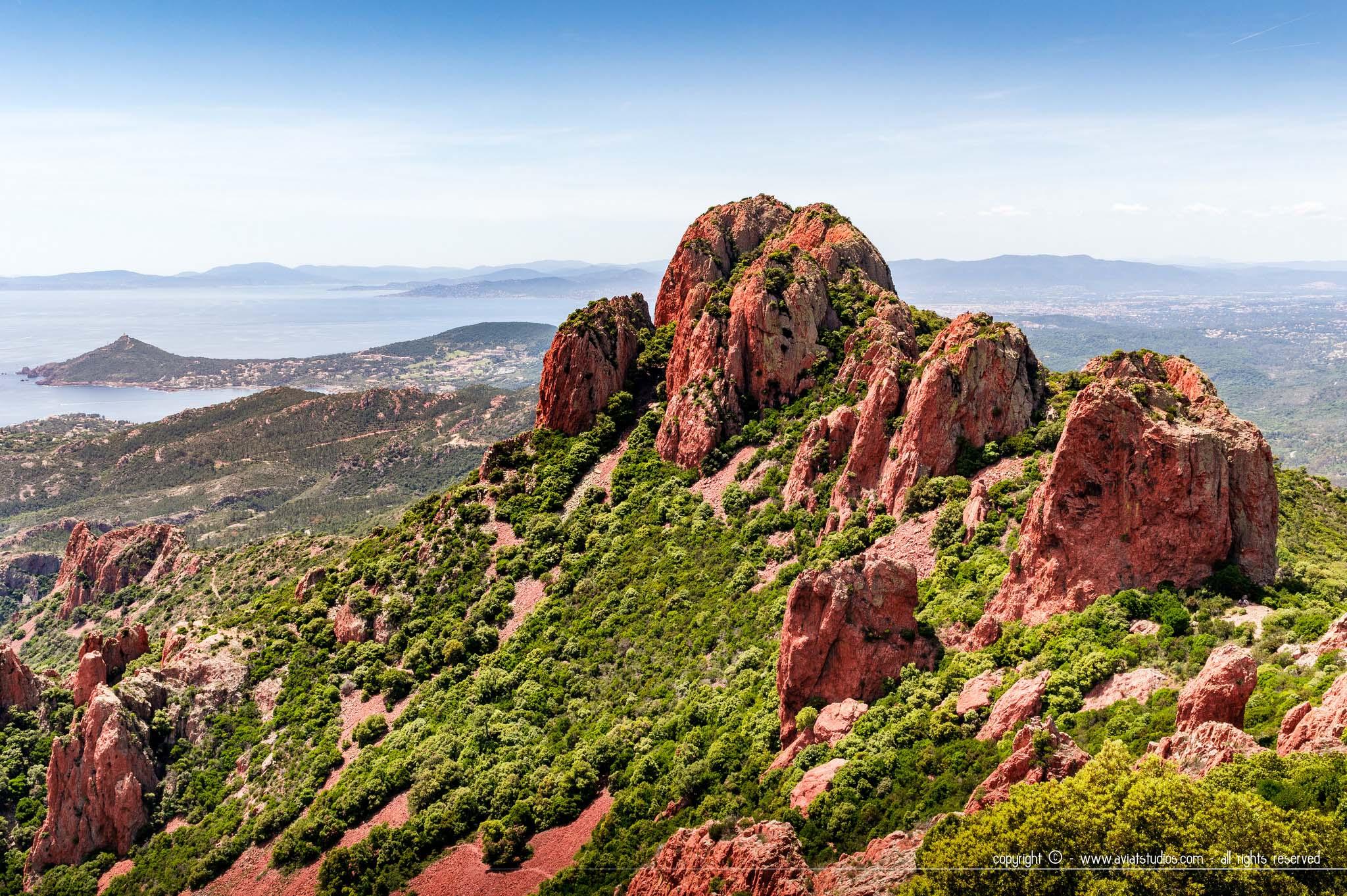 Randonnée dans l'Estérel - les roches rouges piquées de verdure du massif de l'Estérel