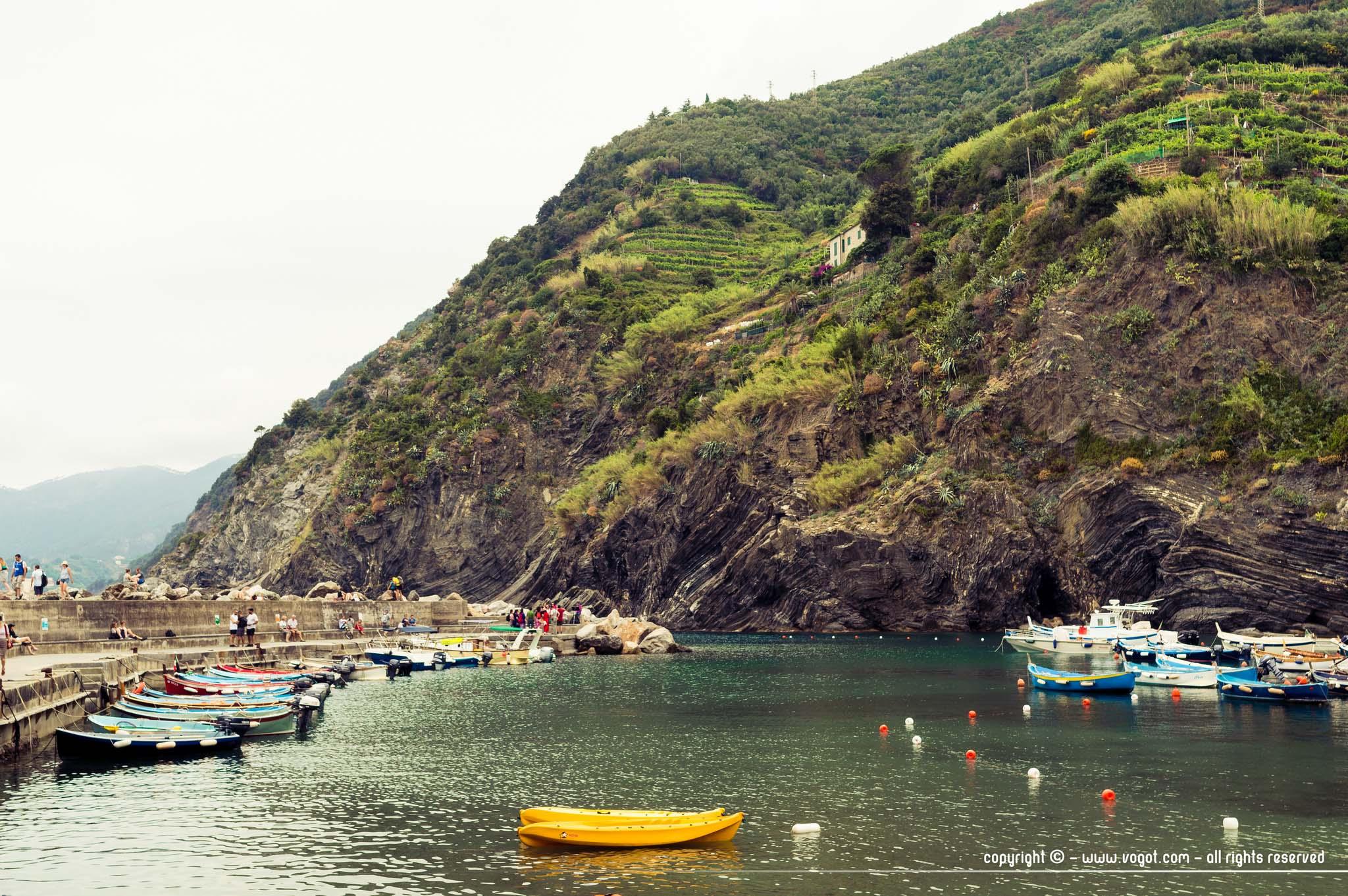 Le port de Vernazza avec ses embarcations légères