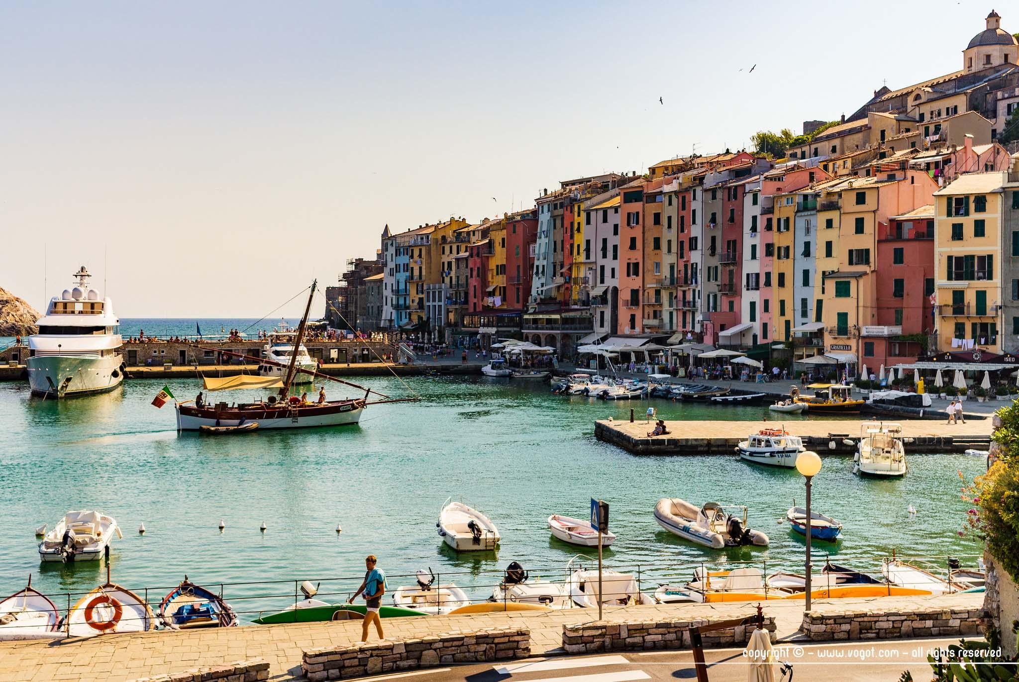 Le port de Portovenere avec ses embarcations et ses façades colorées
