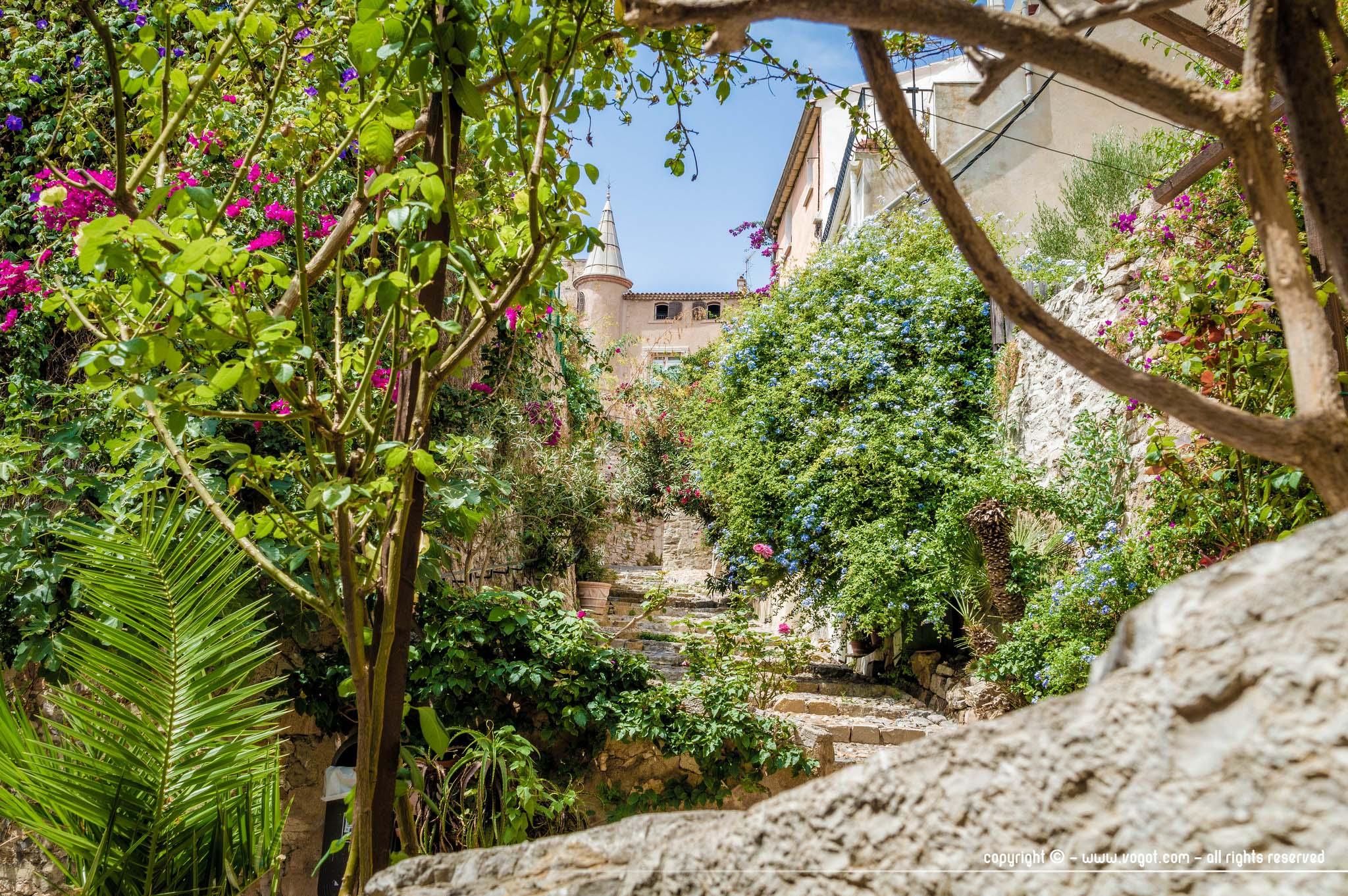 Une ruelle escarpée et très fleurie menant à la Villa Noailles