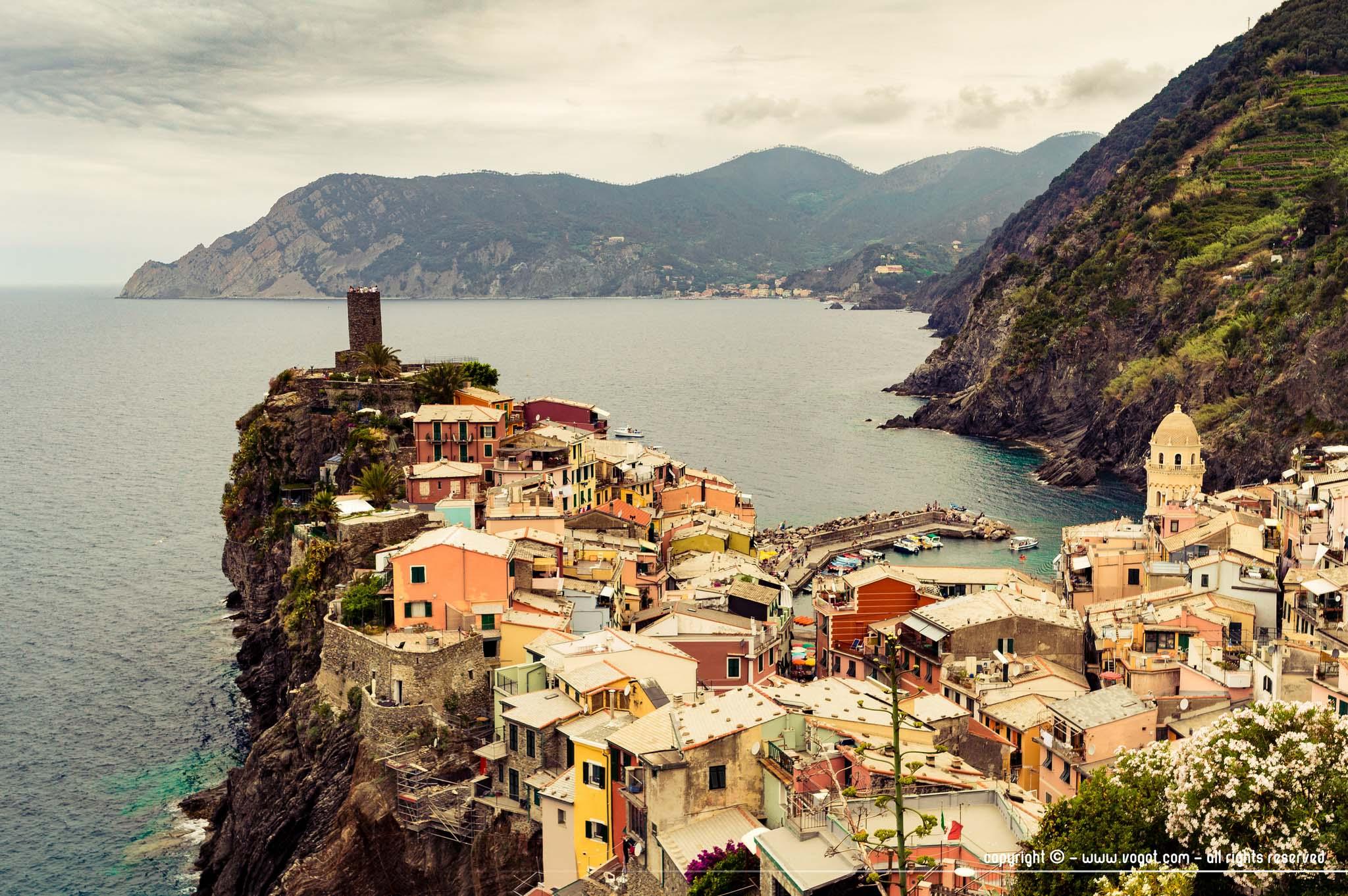 Cinque Terre à pied - arrivée sur Vernazza qui s'avance sur la mer