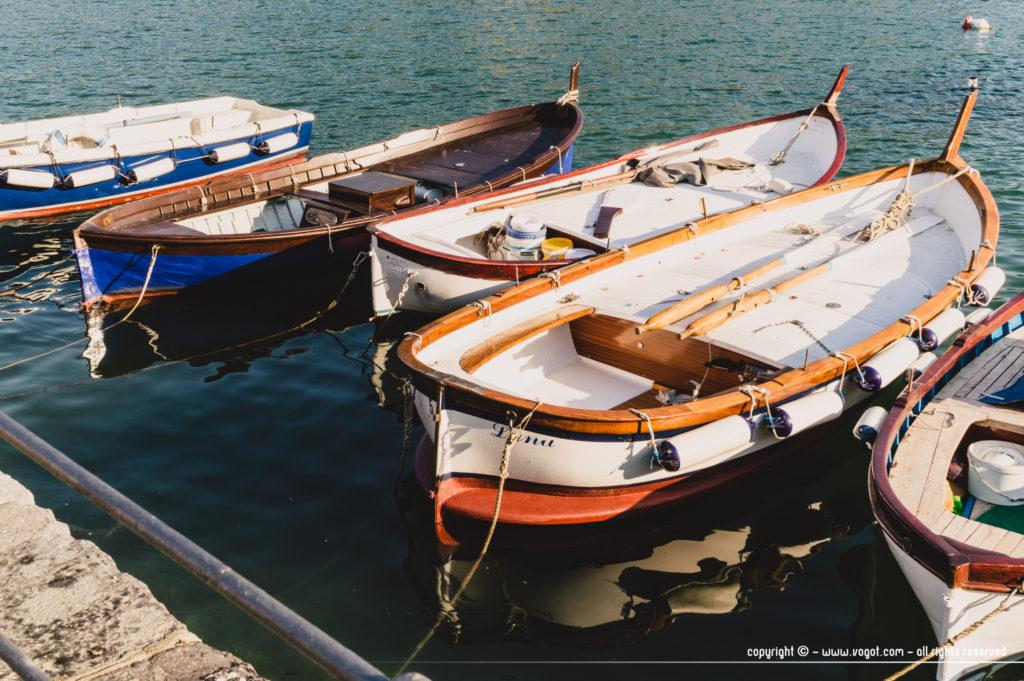 des petites embarcations dans le port de Portovenere