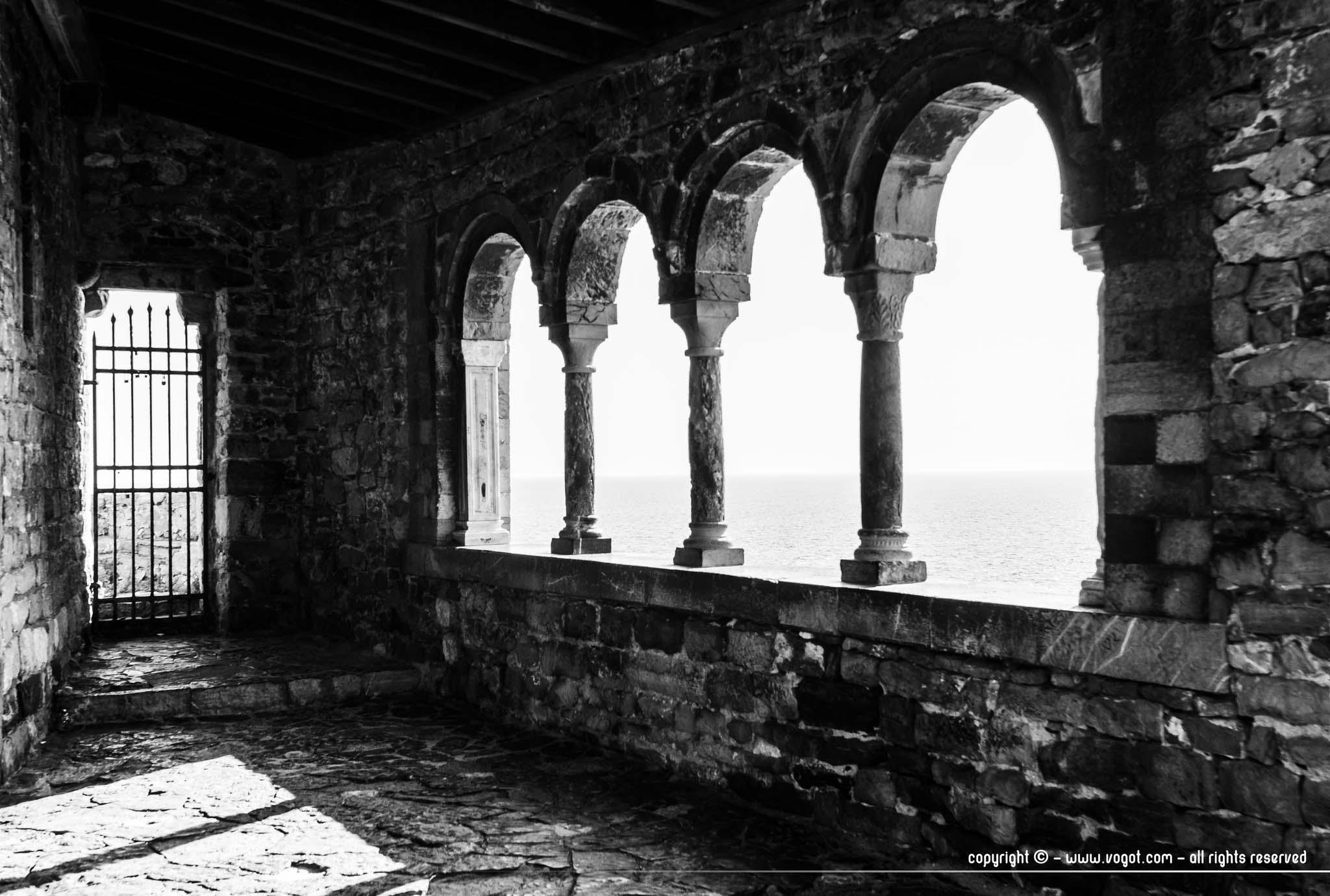 La Chiesa San Pietro de Portovenere qui donne sur la mer en noir et blanc