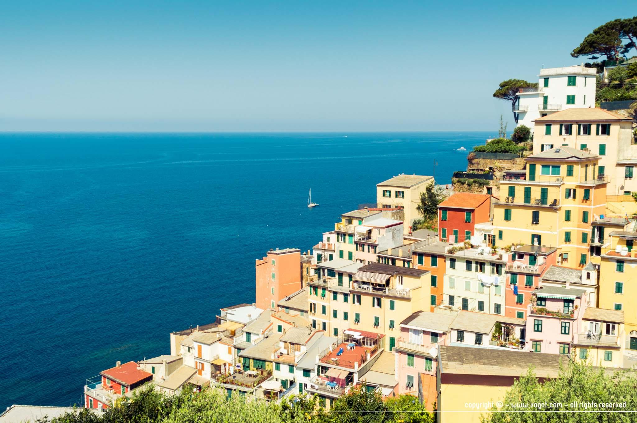 Les habitations colorées et lumineuses de Riomaggiore sur la Méditerranée