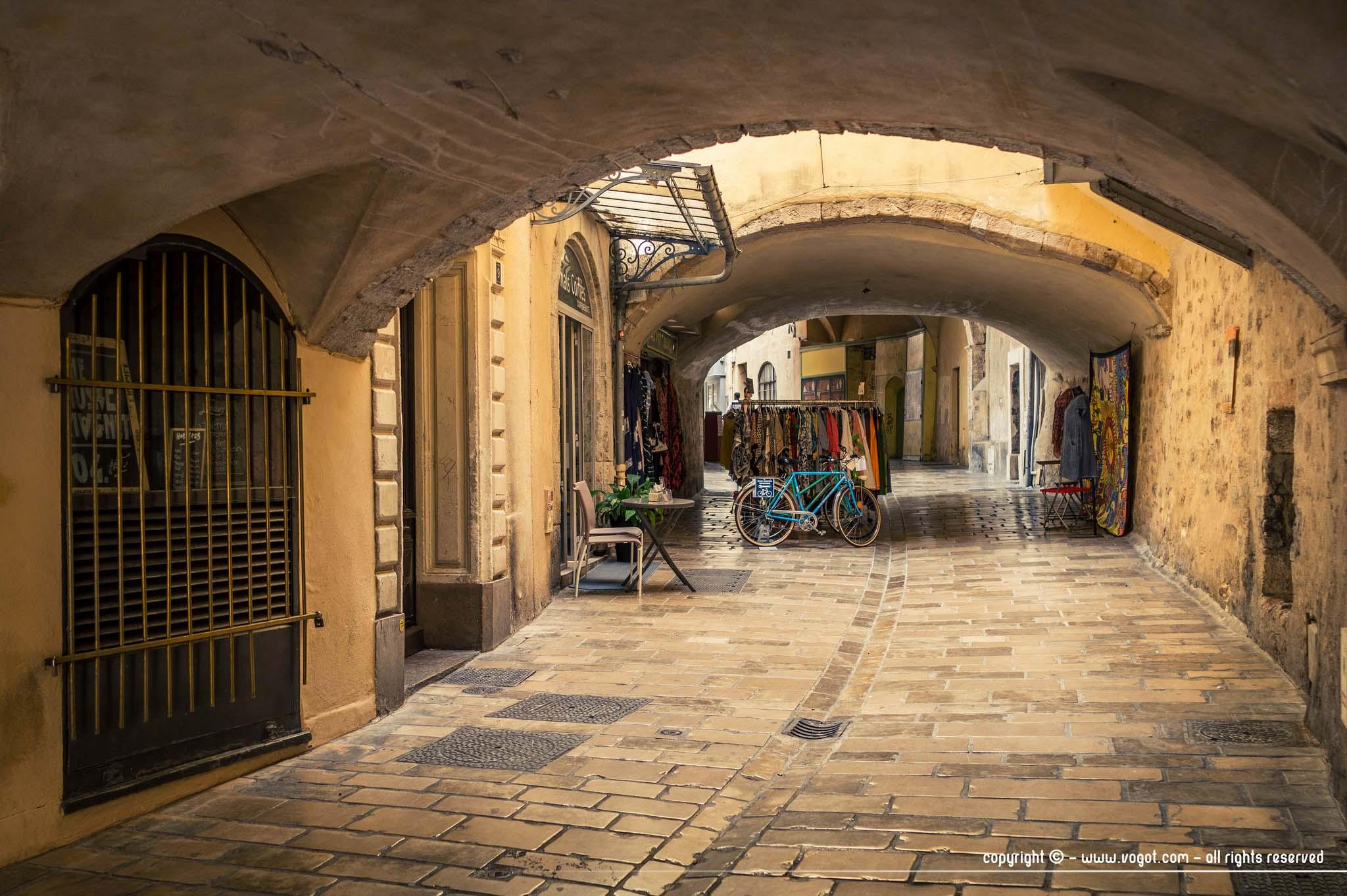 journée à Hyères - la rue des porches aux tons lumineux dans la vieille ville