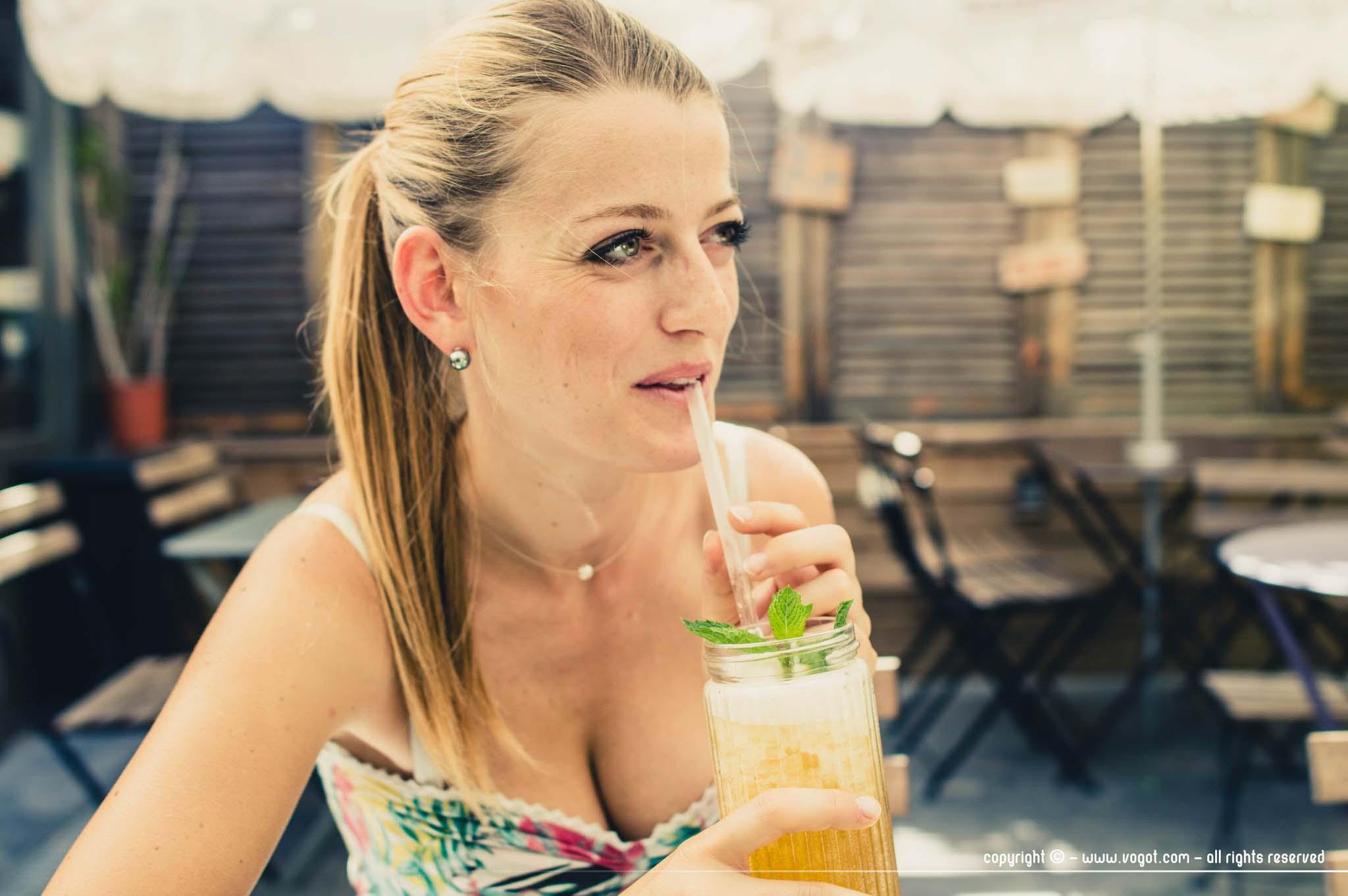 Chloé dégustant un thé à la menthe frappé sur la terrasse de Bagus Kafé