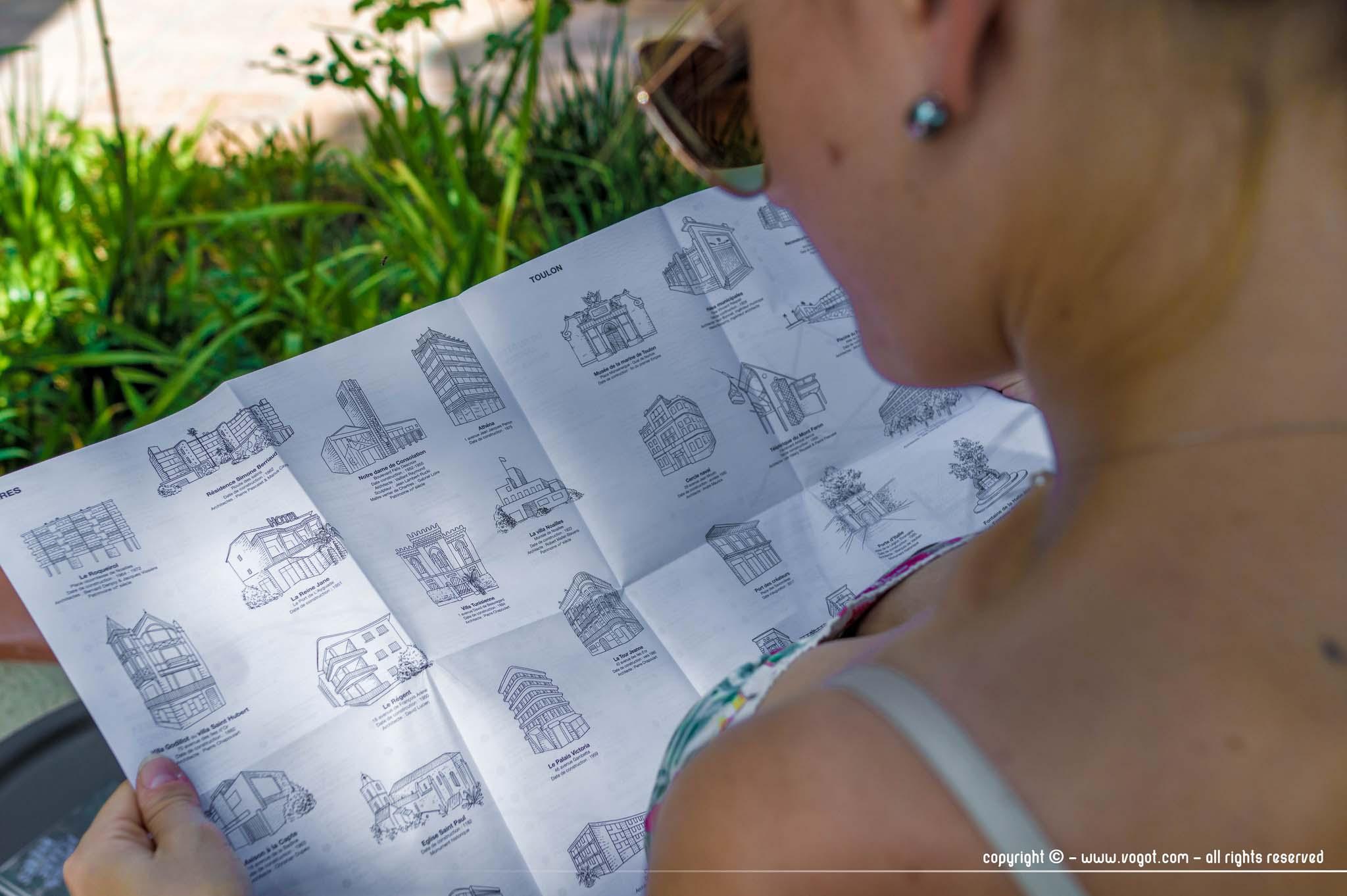 Villa Noailles - Chloé lisant le dépliant de la design paradise hyères