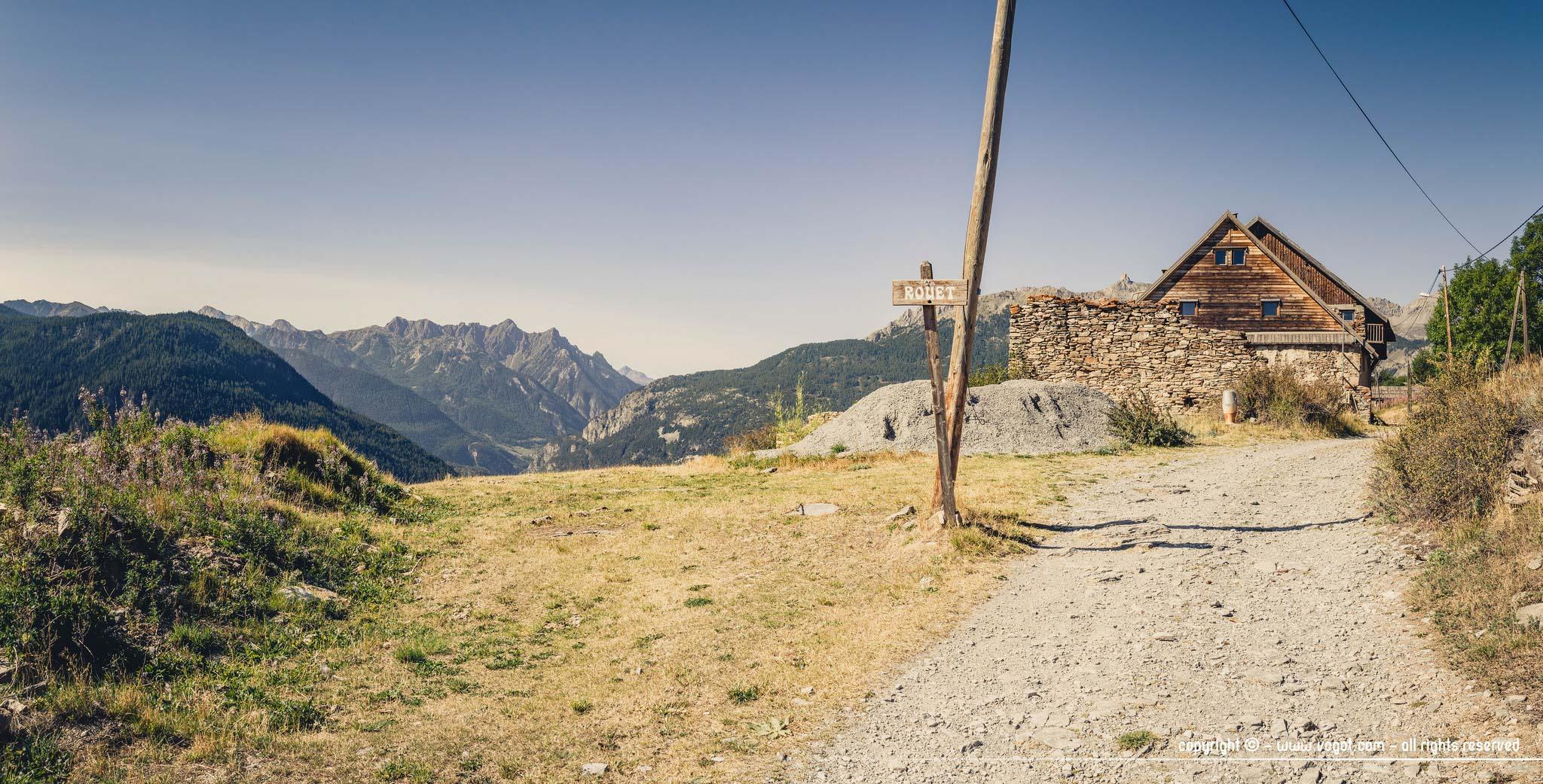 Trek dans le Queyras - l'entrée du petit hameau du Rouet