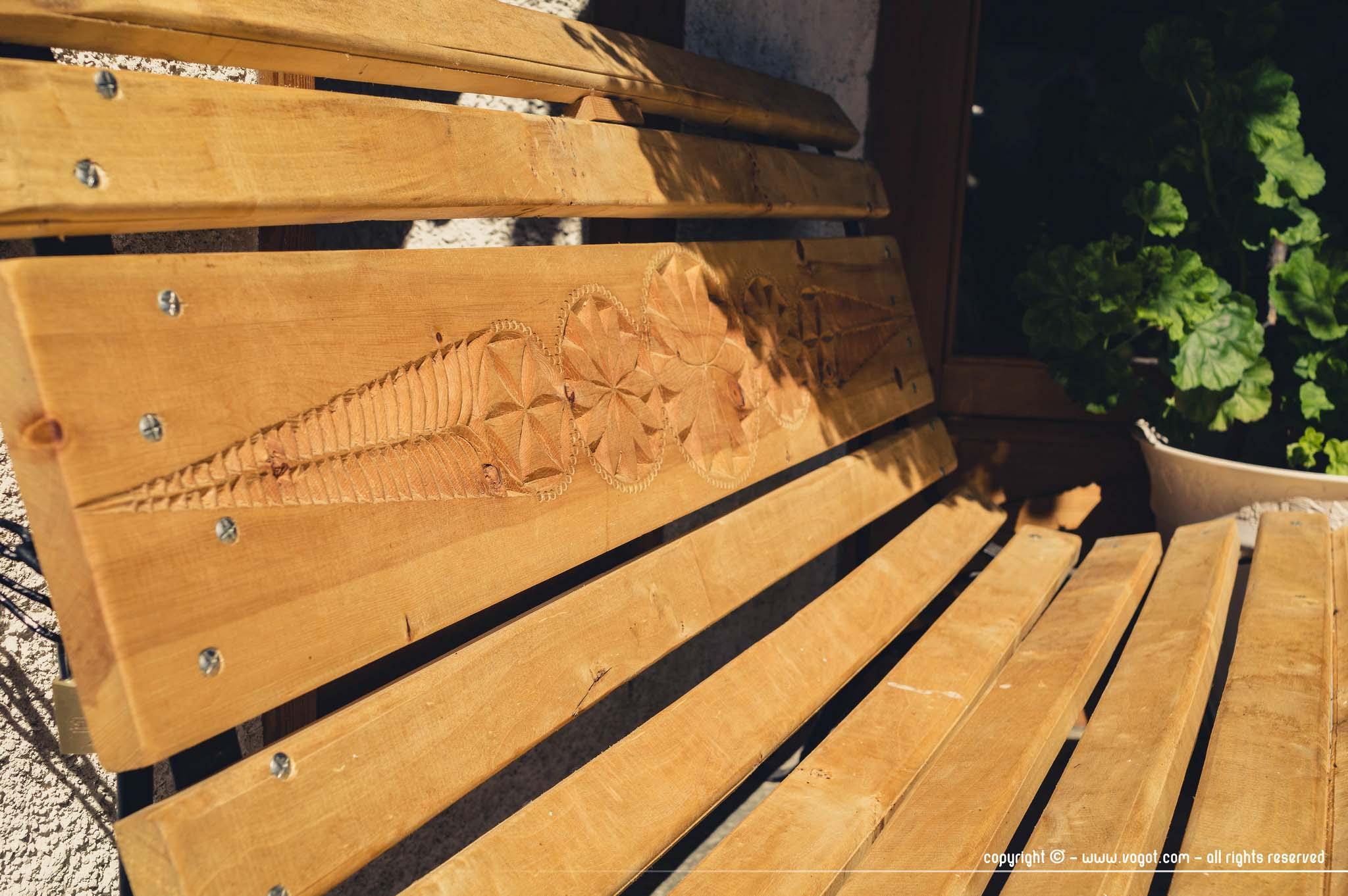 Trek dans le Queyras - un banc sur lequel on peut voir un travail du bois au couteau