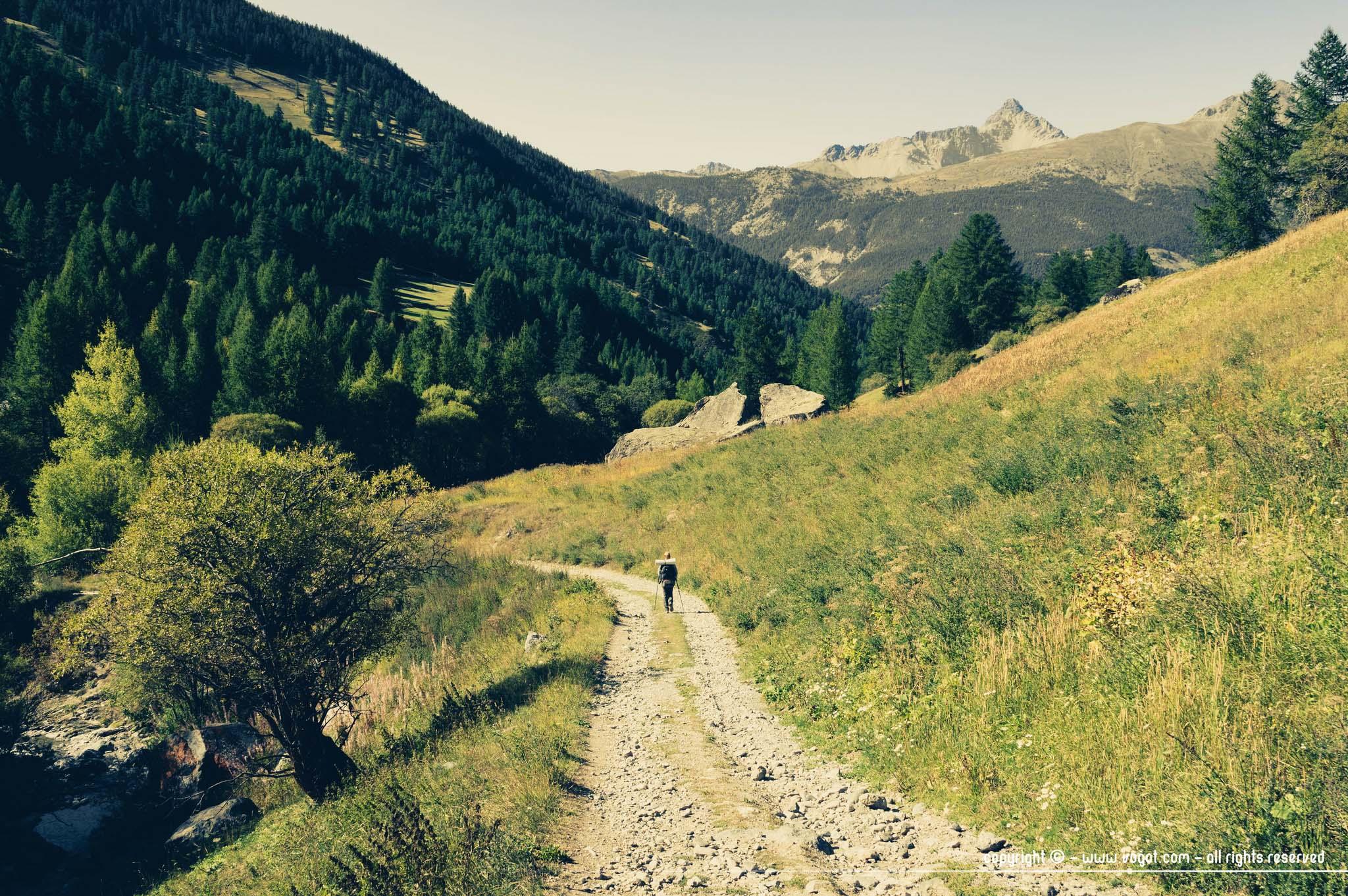 Trek dans le Queyras - Chloé sur le sentier partant de Molines