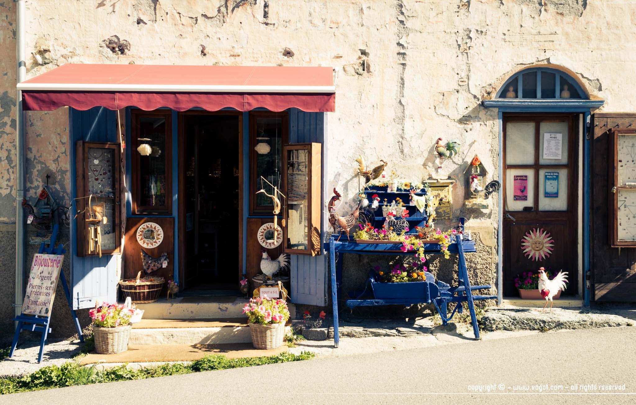 visiter Saint-Véran - façade d'une boutique ouverte