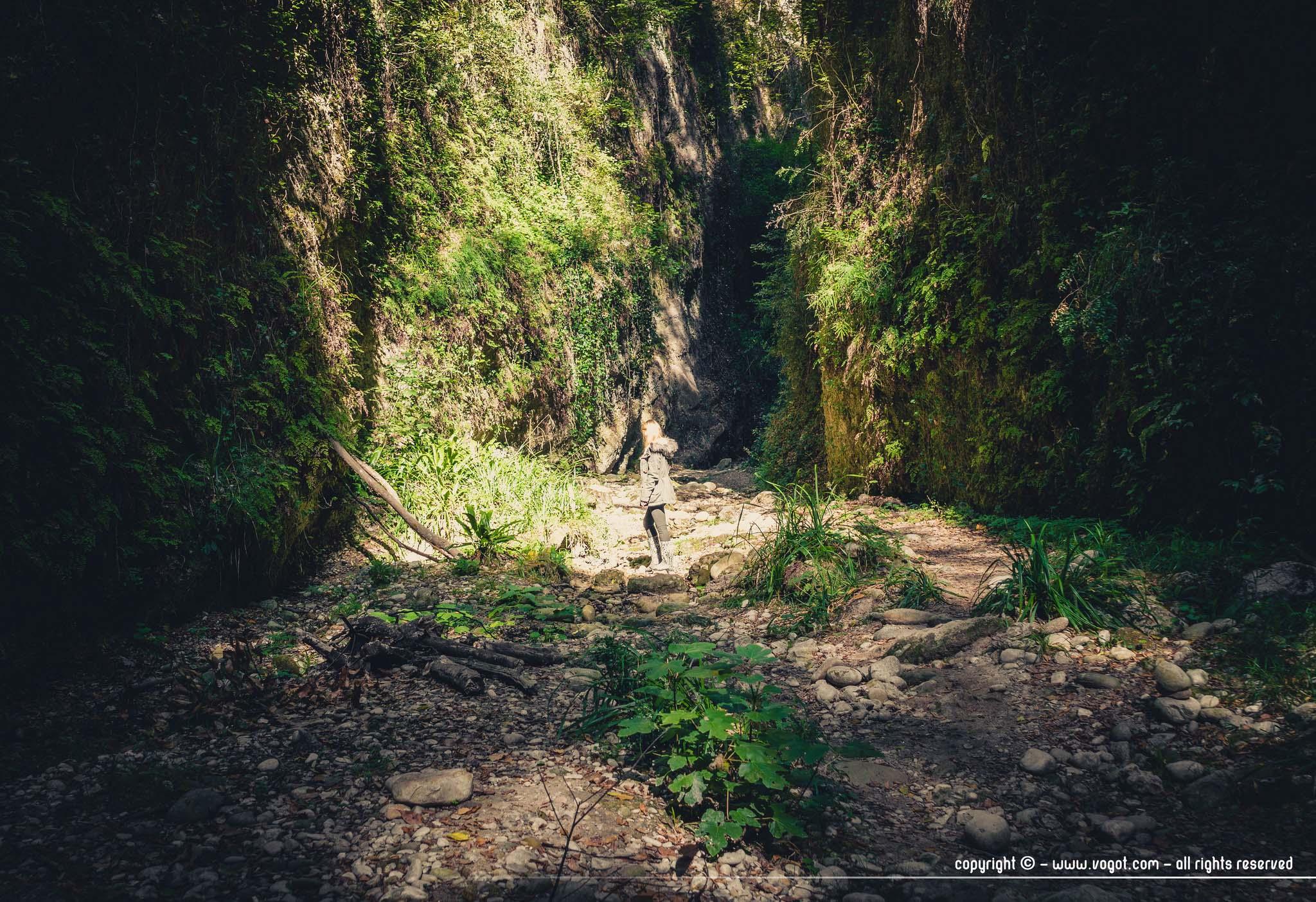 Chloé baignée de soleil dans un endroit plus large du vallon obscur du Donareo