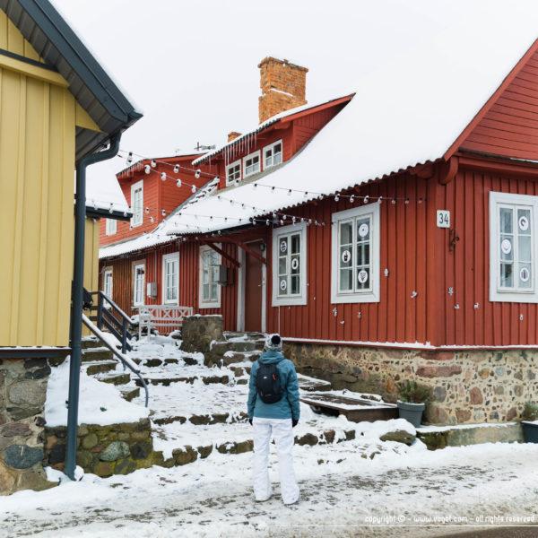 Trakai en hiver - Chloé devant une maison traditionnelle rouge