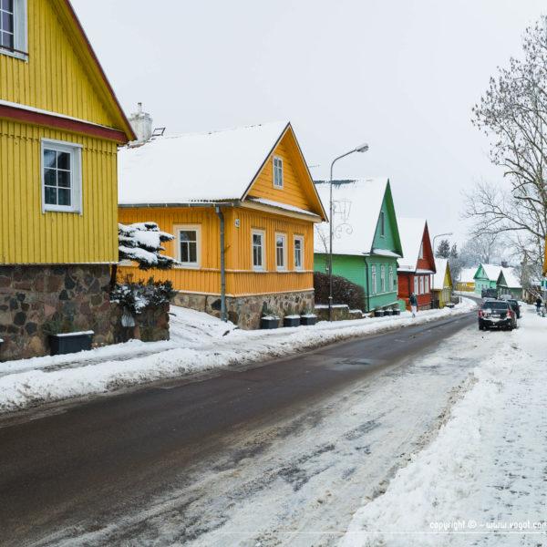 Une allée résidentielle de Trakai en hiver avec de nombreuses maisons traditionnelles bien colorées toutes plus belles les unes que les autres