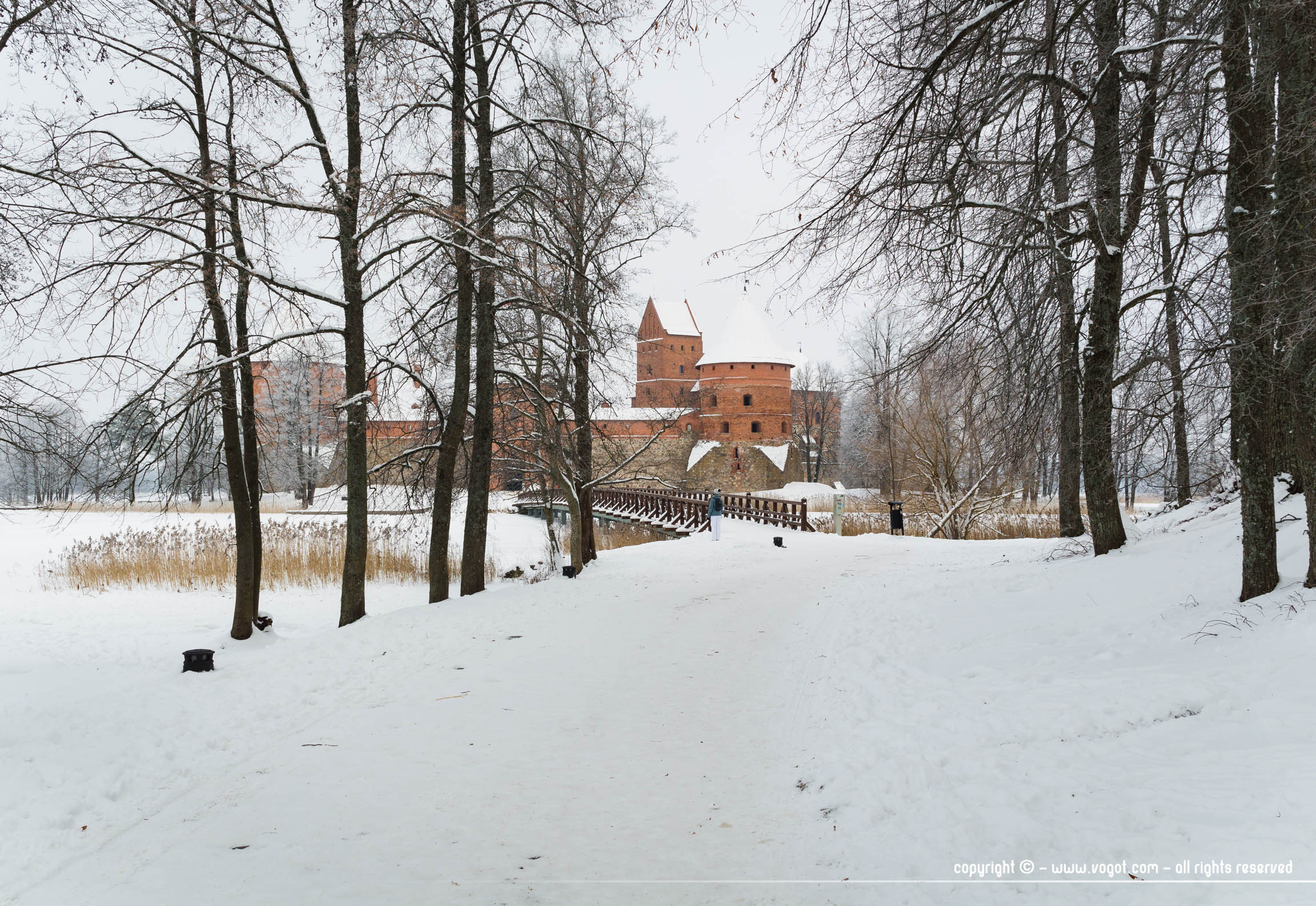 Le château de Trakai au loin dans un paysage enneigé