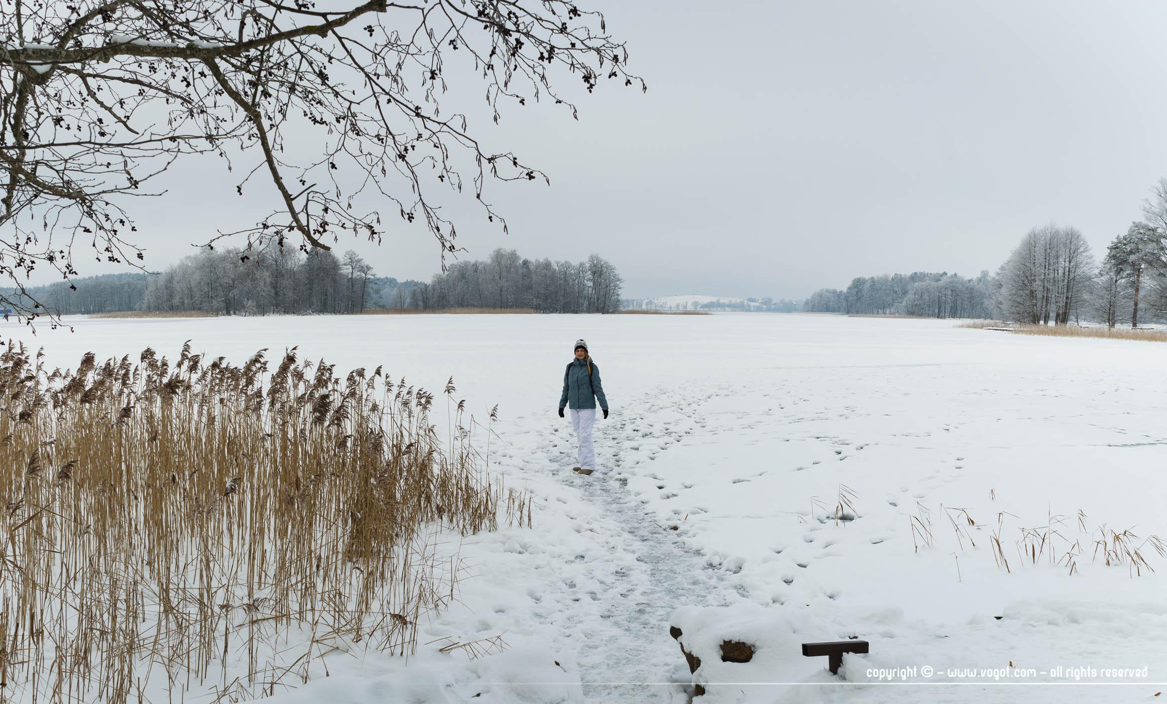 Trakai en hiver - Chloé sur le lac le plus grand du site entièrement gelé
