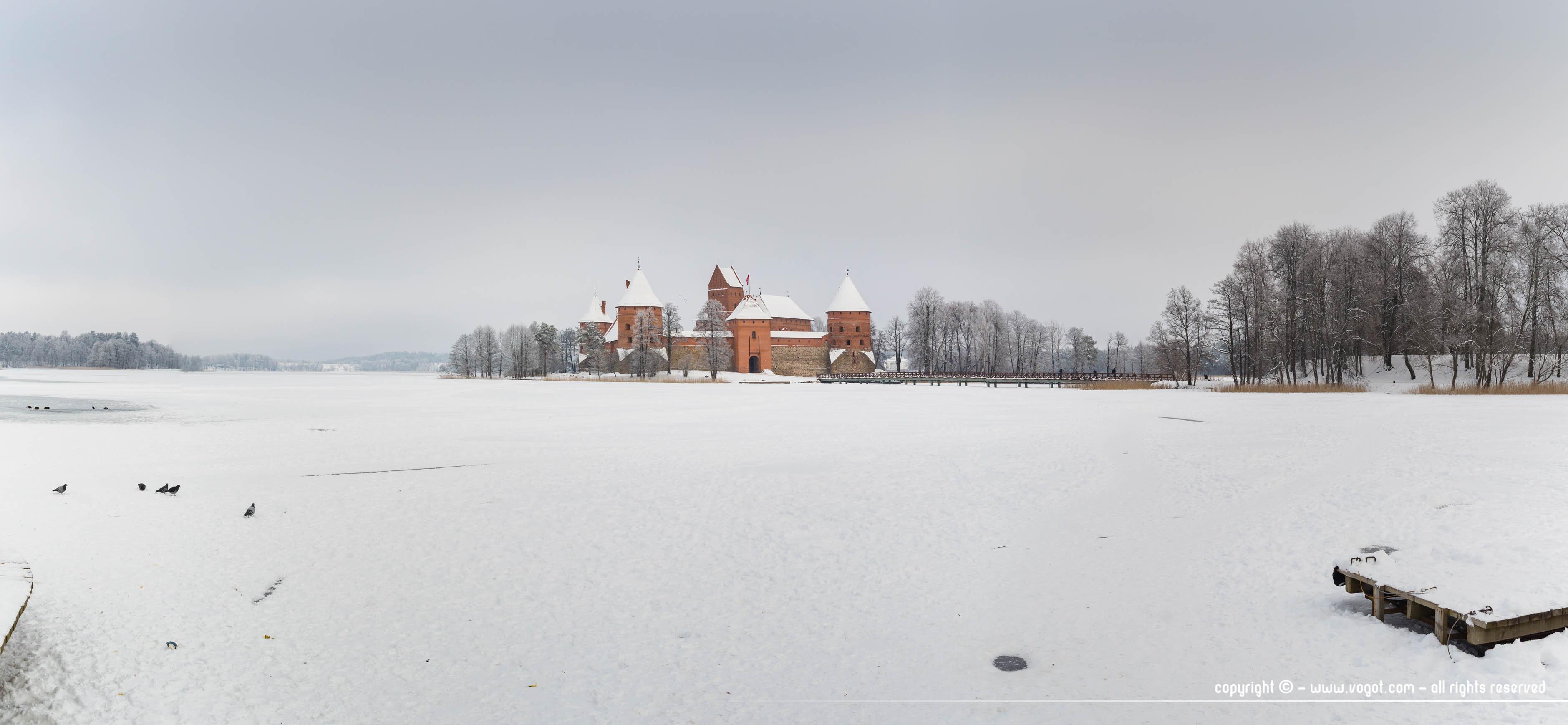 Panorama sur Trakai en hiver avec ses lacs recouverts de neige