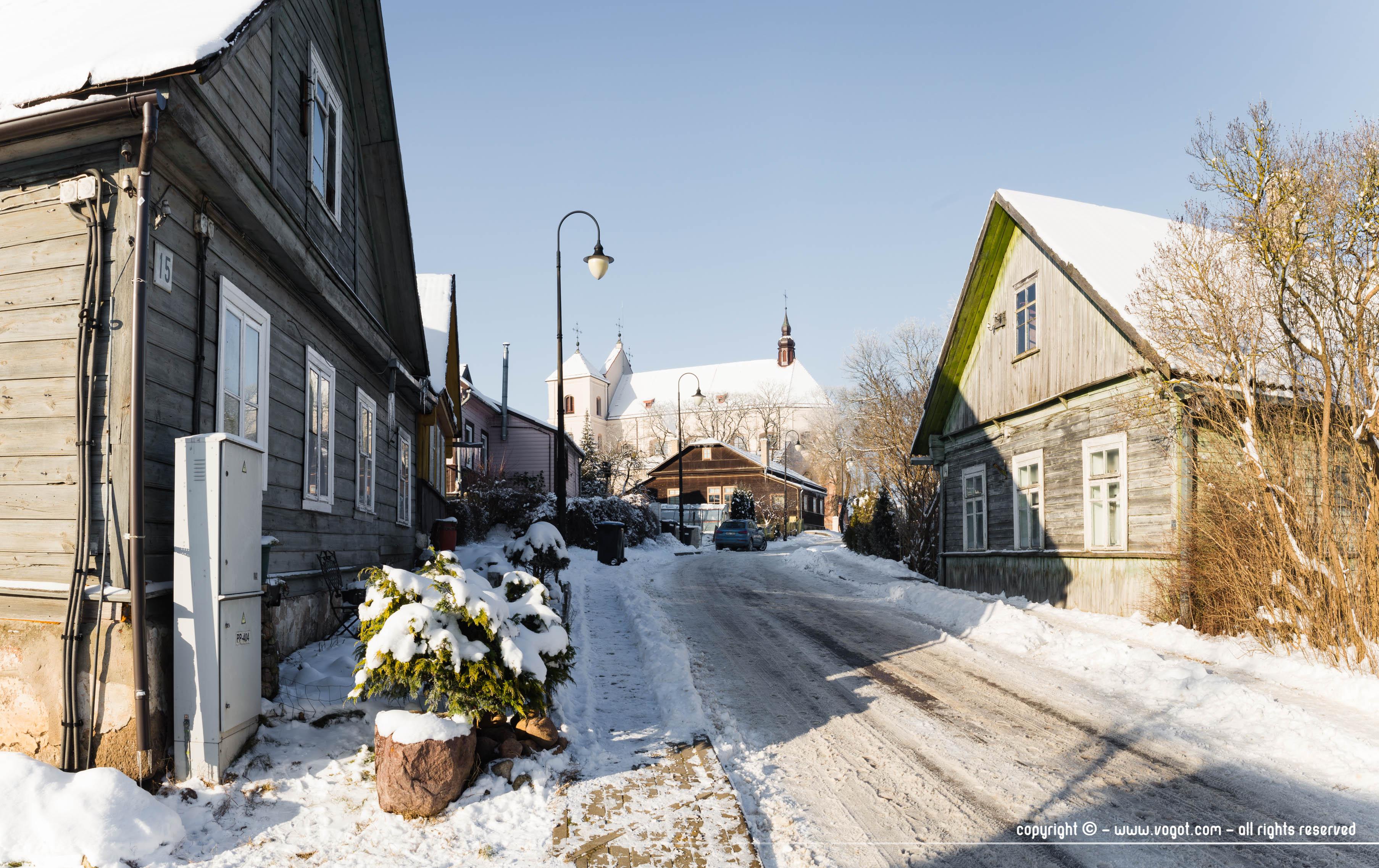 Rue réisdentielle de Trakai en hiver, avec un beau rayon de soleil