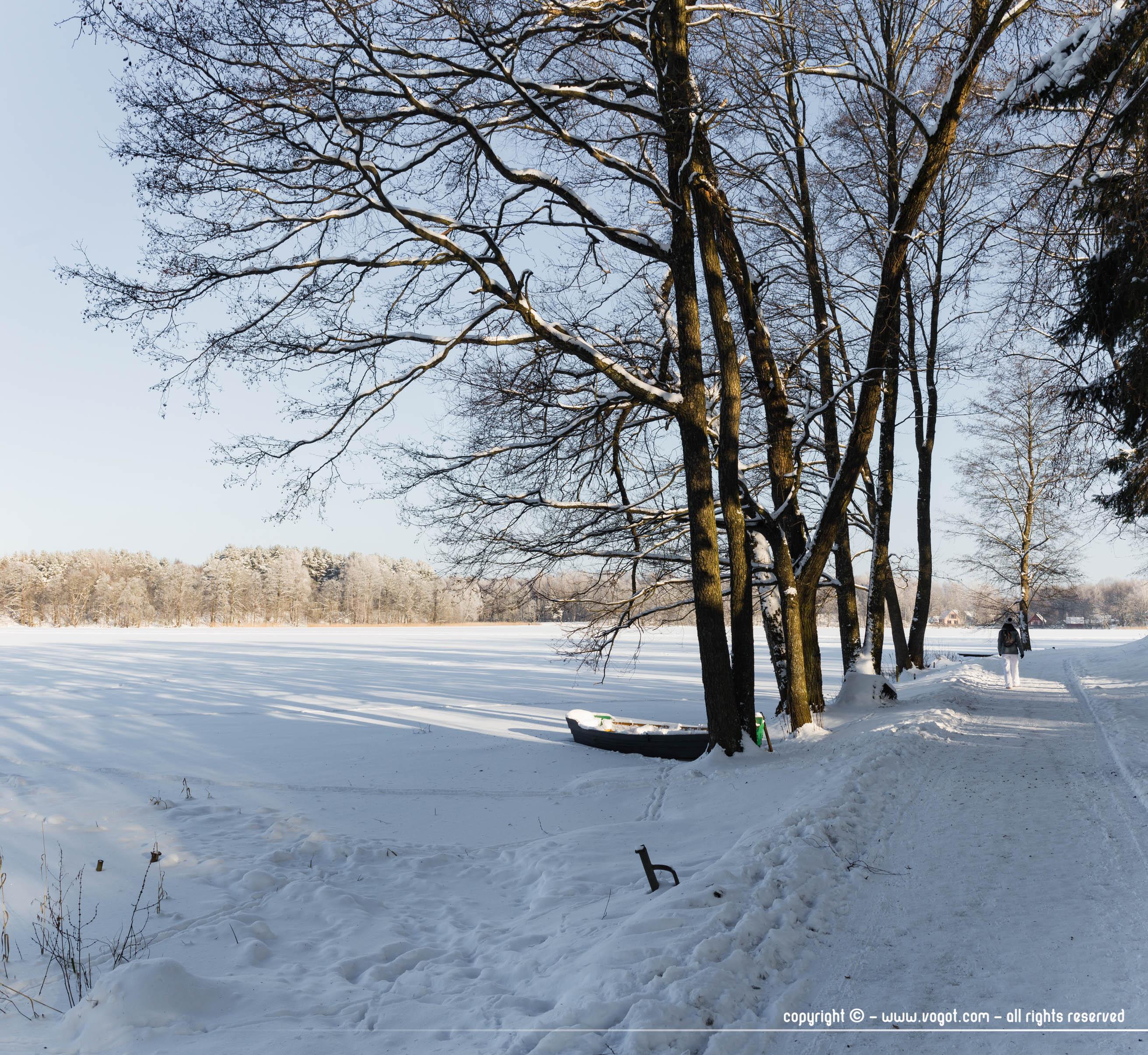 Trakai en hiver - Le soleil s'est levé et des rayons viennent se poser sur le lac gelé