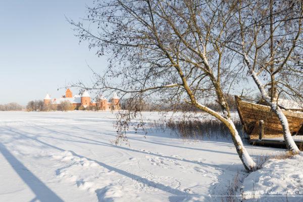 Le château de Trakai, Avec sa brique rouge, il semble posé au mlieu de cette immensité blanche