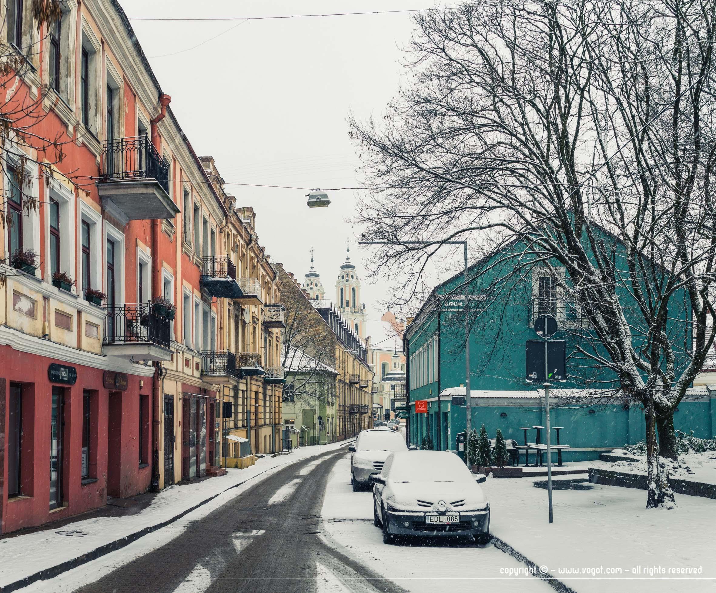 Dans le centre de Vilnius - la neige reprend