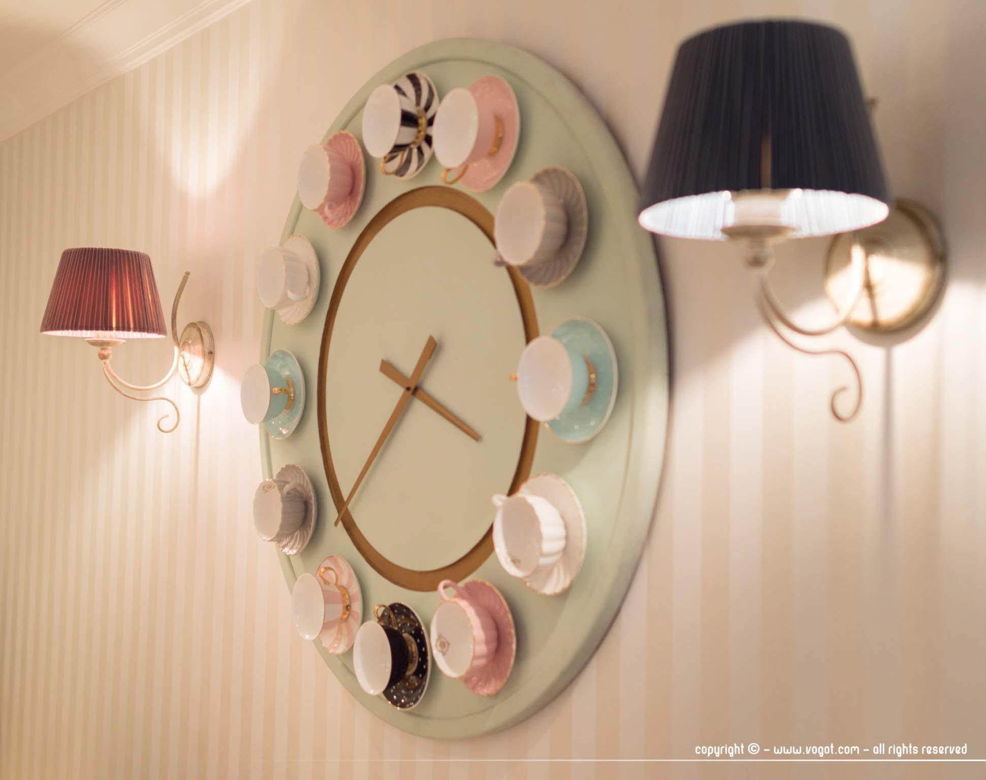 intérieur de Pinavija avec l'horloge en tasses de porcelaine - Vilnius