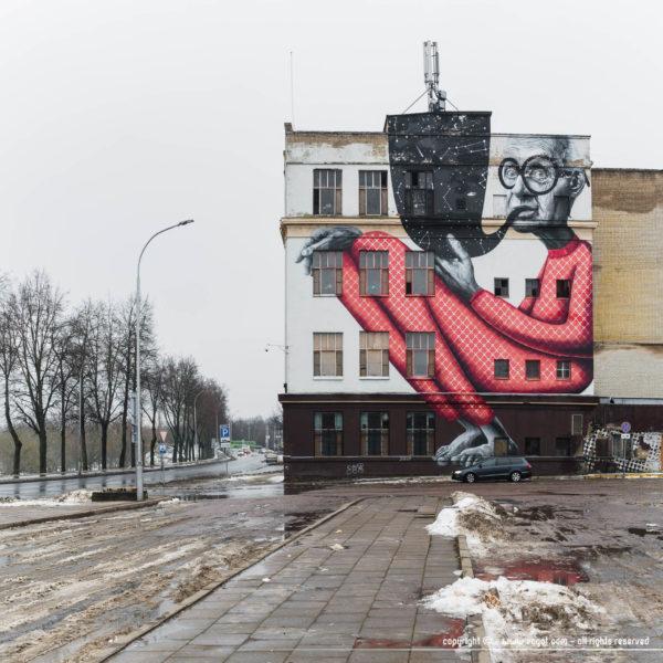 Street-art d'un vieillard fumant la pope à Kaunas