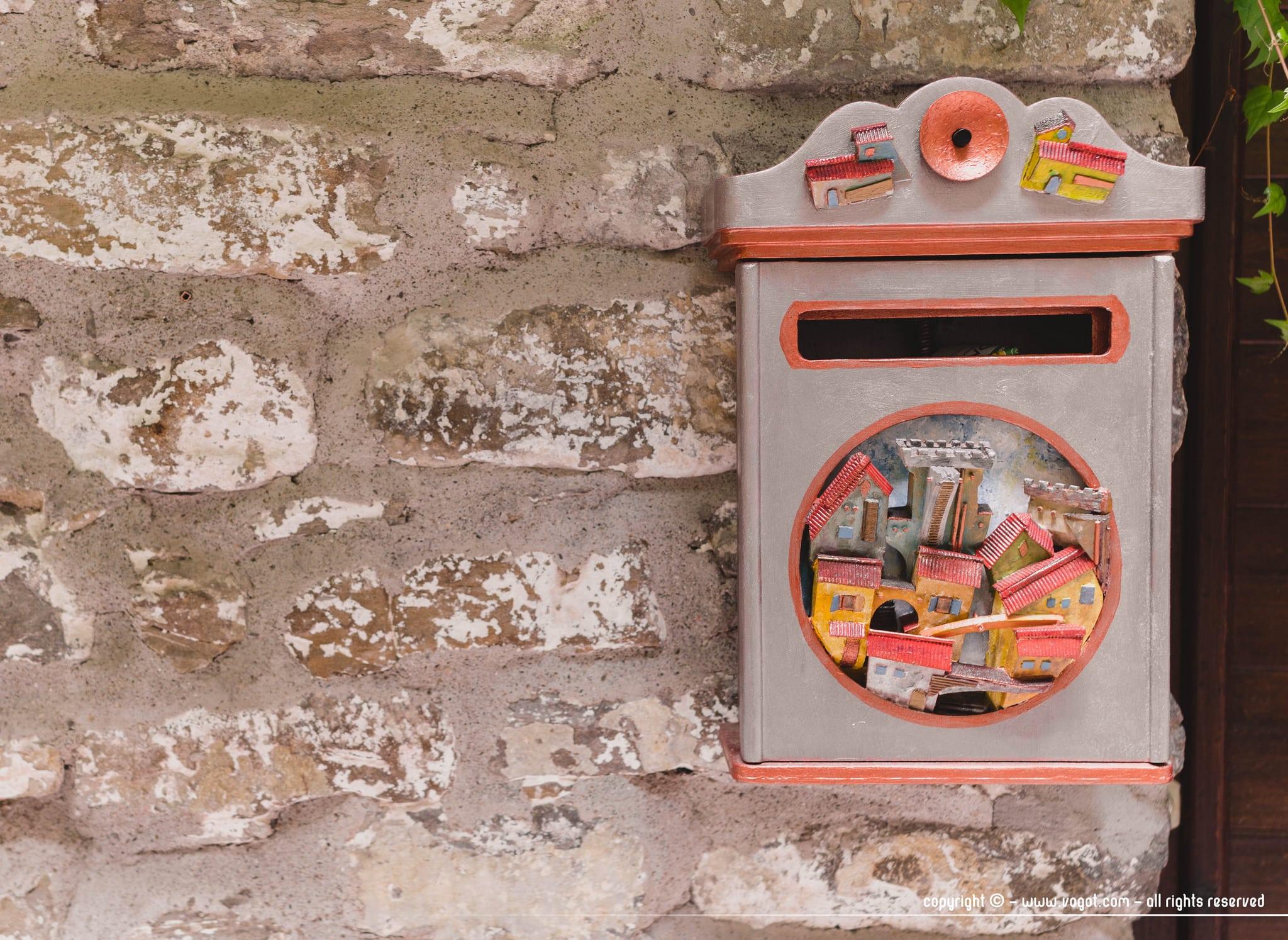 Visiter Dolceacqua - Boîte aux lettres sculptée à l'image du village