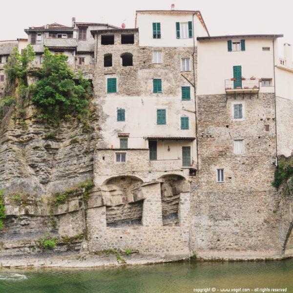 Visiter Dolceacqua - façades le long de la Nervia