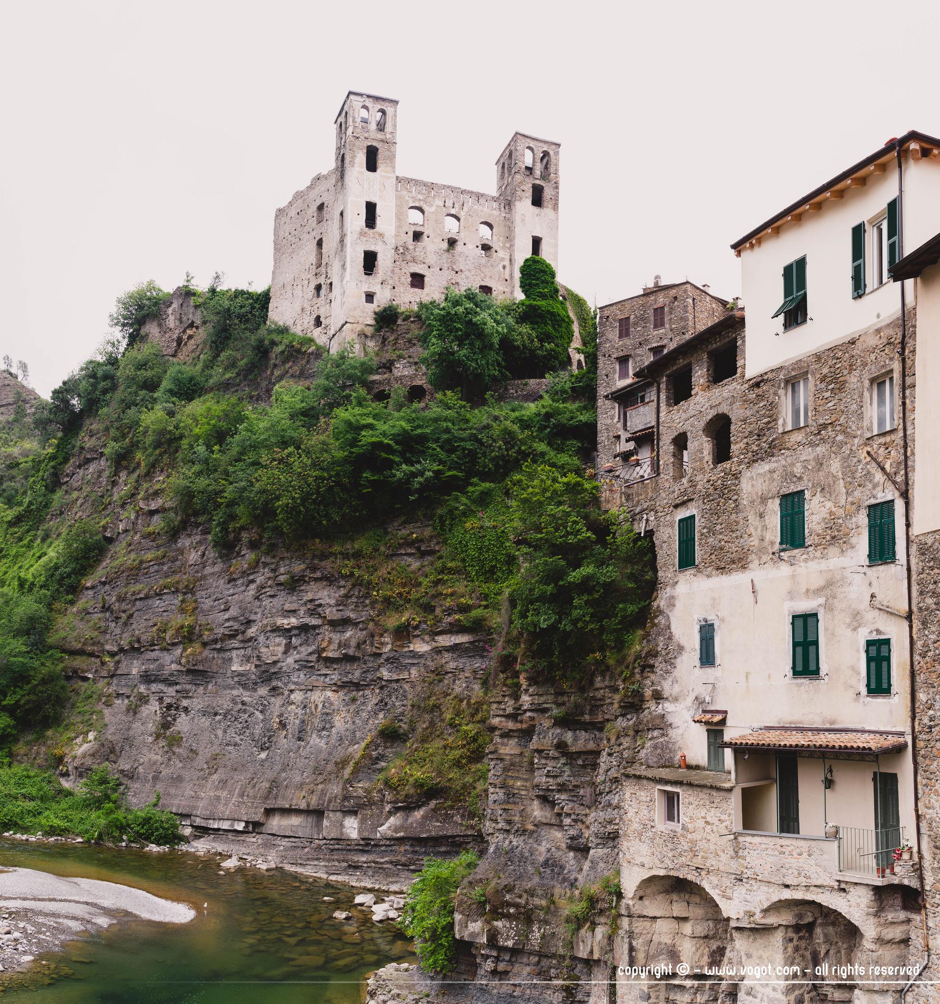 Visiter Dolceacqua - le château des Doria surplombant le vieux village