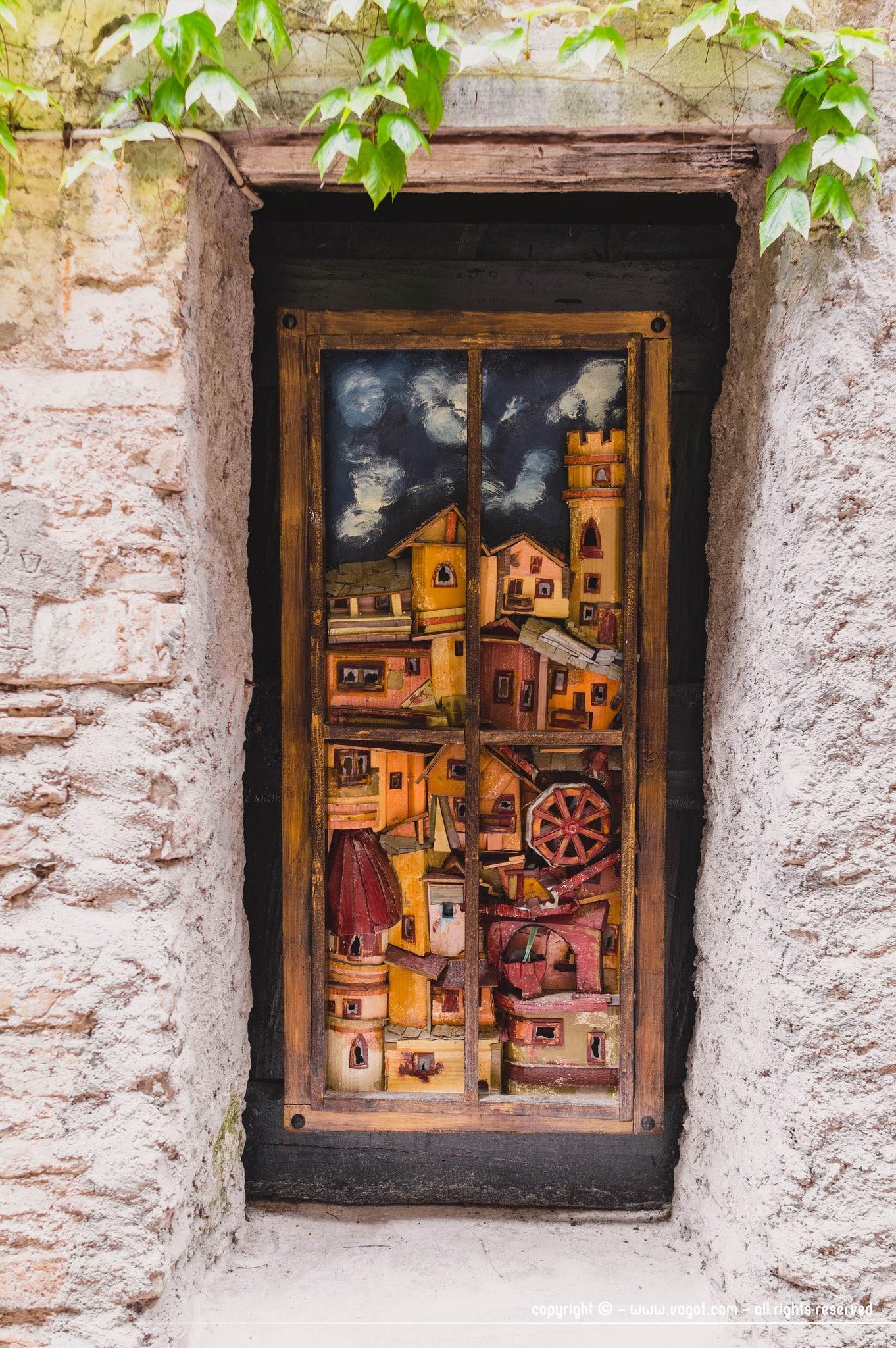 Visiter Dolceacqua - une porte sculptée à l'image du village